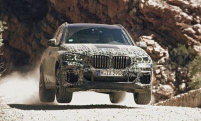 Τη μία μέρα η νέα BMW X5 βρίσκεται αντιμέτωπη με το ψύχος του αρκτικού κύκλου και την επομένη κάνει βόλτες στην πίστα του Nürburgring: Δοκιμάζοντας τη διάδοχο της σημερινής BMW X5, οι υπεύθυνοι εξέλιξης ελέγχουν αφενός την αντοχή, αφετέρου και την ευελιξία του νέου οχήματος. Το νέο Sports Activity Vehicle (SAV) περνά από ένα εξαιρετικά απαιτητικό και ποικίλο πρόγραμμα δοκιμών στο πλαίσιο της εξέλιξής του για μαζική παραγωγή. Τα πρωτότυπα της νέας BMW X5 καλούνται να αντέξουν σε κλιματικές ζώνες σε όλο τον κόσμο, αλλά και να ανταπεξέλθουν σε όλες τις εδαφικές συνθήκες. Εδώ η νέα τεχνολογία ανάρτησης πρέπει να αποδείξει τις ικανότητές της. Ως το πρώτο τετρακίνητο μοντέλο που γοήτευσε τους οδηγούς με τη διάσημη οδηγική απόλαυση BMW σε ορεινές διαδρομές και σε δρόμους ταχείας κυκλοφορίας, η πρώτη γενιά της BMW X5 έθεσε τα θεμέλια για μία νέα κατηγορία Sports Activity Vehicle πριν από σχεδόν δύο δεκαετίες. Στην προσεχή, τέταρτη γενιά της, τα πολλαπλά ταλέντα του μοντέλου θα αναδειχτούν περισσότερο από ποτέ. Σε αυτό συμβάλλει η υιοθέτηση νέων συστημάτων ανάρτησης και πλαισίου, που διατίθενται για πρώτη φορά σε μοντέλο BMW X και ουσιαστικά είναι μοναδικά στο περιβάλλον του ανταγωνισμού. Το νέο πακέτο offroad για παράδειγμα προσφέρει έναν εντυπωσιακό συνδυασμό κορυφαίας οδηγικής άνεσης στο δρόμο και δυνατότητα αλλαγής σεταρίσματος με το πάτημα ενός διακόπτη, για τέλεια προσαρμογή σε συνθήκες εκτός δρόμου. Ανεξάρτητα αν πατά σε χιόνι, άμμο, χαλίκι ή χώμα – η νέα BMW X5 έχει το τέλειο σύστημα κίνησης και σετάρισμα ανάρτησης για κάθε επιφάνεια. Τα πρωτότυπα απέδειξαν με πόση μαεστρία επιταχύνει, στρίβει και φρενάρει η νέα BMW X5 στο χειμερινό κέντρο δοκιμών στο Arjeplog, στη Σουηδία, στις χωμάτινες διαδρομές της Νότιας Αφρικής και στους αμμόλοφους στα ερημικά τοπία των ΗΠΑ. Επιβίωσαν σε υψηλές και χαμηλές θερμοκρασίες. Η νέα BMW X5 έπρεπε να αποδείξει τι αξίζει σε άνυδρα ορεινά εδάφη, τροπική υγρασία και λασπωμένες διαδρομές. Σε αυτές τις δοκιμές αντοχής προστέθηκαν και άλλες 