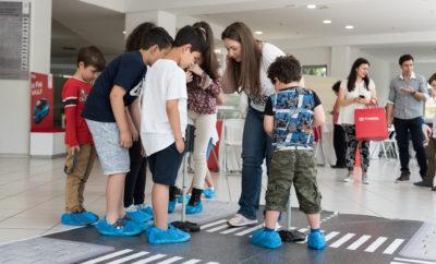 Η Toyota, όπως κάθε χρόνο έτσι και φέτος προσκάλεσε όλα τα παιδιά του κόσμου σε ένα ακόμα υπέροχο ταξίδι έμπνευσης και δημιουργίας, μέσα από τον 12ο Διεθνή Διαγωνισμό Ζωγραφικής Τοyota για παιδιά με τίτλο: «Το αυτοκίνητο των ονείρων σου – Το αυτοκίνητο του μέλλοντος – Υour Dream Car»! Η Toyota Ελλάς μετά την ενθουσιώδη ανταπόκριση της διοργάνωσης του συγκεκριμένου ετήσιου διαγωνισμού τα τελευταία χρόνια, πραγματοποίησε και φέτος με τον ίδιο ζήλο και αγάπη προς τα παιδιά μας, το συγκεκριμένο διαγωνισμό και στη χώρα μας. Ο διαγωνισμός αποτέλεσε μια πραγματικά μοναδική ευκαιρία ώστε οι νέοι μας να αναδείξουν τις καλλιτεχνικές τους ικανότητες, να ταξιδέψουν το ταλέντο τους πέρα από τα σύνορα της χώρας μας, βιώνοντας μία συναρπαστική και δημιουργική εμπειρία. Έτσι λοιπόν, μέσα από τον Διεθνή Διαγωνισμό Ζωγραφικής της Τoyota μία όμορφη εμπειρία ξεκίνησε και πάλι φέτος για όλα τα παιδιά ηλικίας 15 ετών και κάτω, με τη σuμμετοχή 80 περίπου χωρών σε ολόκληρο τον κόσμο! Οι ηλικιακές ομάδες που έλαβαν μέρος στο διαγωνισμό χωρίστηκαν σε τρεις κατηγορίες: από 8 ετών και κάτω, 8-11 ετών και 12-15 ετών. Επιπλέον, ο ελληνικός διαγωνισμός διεξήχθη με πάρα πολύ μεγάλη επιτυχία, αφού παρελήφθησαν από την ΤΟΥΟΤΑ εκατοντάδες αξιόλογα έργα από τους μικρούς 'Ελληνες καλλιτέχνες, οι οποίοι συμμετείχαν δημιουργικά και με ιδιαίτερο ενθουσιασμό. Από τον πανελλαδικό διαγωνισμό βραβεύθηκαν πρόσφατα τα 3 καλύτερα έργα από κάθε ηλικιακή ομάδα (συνολικά 9 έργα), τα οποία ταυτόχρονα λαμβάνουν μέρος και στον παγκόσμιο διαγωνισμό, όπου οι τρεις νικητές (χρυσός, αργυρός, χάλκινος), συνοδευόμενοι από έναν εκ των γονέων ή έναν εκ των νομίμων κηδεμόνων τους, θα κερδίσουν ένα ταξίδι στην Ιαπωνία και θα συμμετέχουν στην τελική απονομή βράβευσης, τον Αύγουστο του 2016. Στη κριτική επιτροπή των παιδικών έργων συμμετείχαν, μεταξύ άλλων, οι:  η κα Αγνή Μαριακάκη, Ψυχολόγος & Εκπαιδεύτρια Η κα Μαριακάκη διευθύνει την εταιρία μελετών ψυχολογίας καταναλωτή MindSearch. Έχει εργαστεί ως σύμβουλος και θεραπεύτρια γι