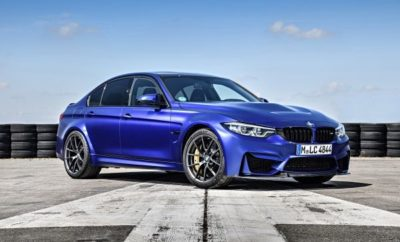 Η BMW M GmbH παρουσιάζει μία ακόμα αποκλειστική, ειδική έκδοση περιορισμένης παραγωγής, με τη μορφή της νέας BMW M3 CS (κατανάλωση μικτού κύκλου: 8,3 l/100 km*, εκπομπές CO2 στο μικτό κύκλο: 194 g/km*). Με έντονη σπορ παρουσία, η νέα M3 CS συνεχίζει την μακροχρόνια παράδοση των επιτυχημένων ειδικών εκδόσεων Μ, που ξεκίνησε το 1988 με την E30 BMW M3 Evolution. Ταυτόχρονα, το τετράθυρο sedan υψηλών επιδόσεων προσφέρει ένα τέλειο κοκτέιλ δυναμισμού και καθημερινής πρακτικότητας. Ο ισχυρός 3-λιτρος κινητήρας ξεπερνά τις επιδόσεις της M3 με Competition Package κατά 10 ίππους, φτάνοντας τα 460 hp. Η προηγμένη τεχνολογία M TwinPower Turbo προσφέρει στην M3 CS επιτάχυνση 0 - 100 km/h σε μόλις 3,9 δευτερόλεπτα. Η τελική ταχύτητα της νέας, ειδικής έκδοσης που προσφέρεται στάνταρ με το M Driver's Package, περιορίζεται από τον ηλεκτρονικό κόφτη στα 280 km/h. Με δύο υπερσυμπιεστές mono-scroll, εναλλάκτη αέρα, High Precision Injection, μεταβλητό χρονισμό βαλβίδων VALVETRONIC και πλήρως μεταβλητό χρονισμό εκκεντροφόρων Double-VANOS, ο εξακύλινδρος εν σειρά κινητήρας στοχεύει μεν σε κορυφαίες επιδόσεις, αλλά έχει σχεδιαστεί επίσης με γνώμονα την πλούσια ροπή από χαμηλές στροφές και την εξαιρετική απόδοση (κατανάλωση μικτού κύκλου: 8,3 l/100 km*, εκπομπές CO2 στο μικτό κύκλο: 194 g/km*). Πιέζοντας το νέο, κόκκινο μπουτόν start/stop ενεργοποιείται ο κινητήρας, συνοδεία ενός συναρπαστικού ήχου από τη νέα, ειδικά ρυθμισμένη σπορ εξάτμιση της νέας BMW M3 CS – με τέσσερις απολήξεις εξαγωγής. Η νέα BMW M3 CS είναι στάνταρ εξοπλισμένη με το 7άρι κιβώτιο διπλού συμπλέκτη M Double Clutch Transmission (M DCT) με Drivelogic. Το προηγμένο κιβώτιο έχει ανεξάρτητο ψυγείο λαδιού και προσφέρει αυτόματες αλλαγές σχέσεων αλλά και μηχανικές από τα σχετικά χειριστήρια (paddles) στο τιμόνι. Οι σχέσεις αλλάζουν σε κλάσματα του δευτερολέπτου, χωρίς διακοπή στη ροή ισχύος, αλλά χρησιμοποιείται μία μακριά έβδομη σχέση για να κρατά τις στροφές χαμηλά και να ελαχιστοποιεί την κατανάλωση σε μεγάλα ταξίδια στον