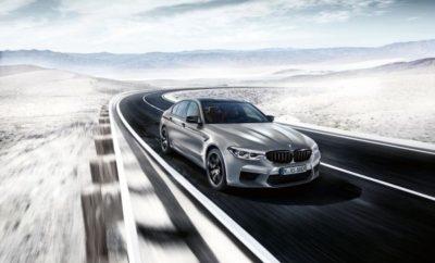 Η νέα BMW M5 Competition (κατανάλωση μικτού κύκλου: 10,8 l/100 k, εκπομπές CO2 στο μικτό κύκλο: 246 – 243 g/km)* συνδυάζει εξαιρετικές επιδόσεις και μία μοναδική αύρα με απαράμιλλη πρακτικότητα σε καθημερινή χρήση, κάτι για το οποίο φημίζονται τα μοντέλα BMW M. Η αυξημένη ισχύς κατά 19 kW/25 hp συγκριτικά με τη στάνταρ έκδοση της νέας BMW M5 (έως 460 kW/625 hp), η ταχύτερη απόκριση και η ειδική ρύθμιση του πλαισίου υπόσχονται την απόλυτη αγωνιστική οδηγική εμπειρία. Το λανσάρισμα της νέας BMW M5 Competition προαναγγέλλει τη δημιουργία μιας νέας προϊοντικής κατηγορίας. Στο μέλλον, η BMW M GmbH θα προσφέρει τις ισχυρότερες εκδόσεις των υψηλών επιδόσεων αυτοκινήτων της σαν μεμονωμένα μοντέλα. Ο κινητήρας: αυξημένη ισχύς και κλασικές επιδόσεις Μ. Η οδηγική εμπειρία υψηλών επιδόσεων που προσδιορίζει το χαρακτήρα της νέας BMW M5 Competition είναι βαθιά συναισθηματική – και πηγάζει από τον τρόπο που ο κινητήρας παράγει την ισχύ του. Ο V8 4.4L με τεχνολογία M TwinPower Turbo αποδίδει τώρα μέγιστη ισχύ 460 kW/625 hp στις 6.000 rpm. Η μέγιστη ροπή είναι 750 Nm και είναι διαθέσιμη σε μεγάλο εύρος στροφών – από 1.800 – 5.800 rpm (π.χ. μεγαλύτερο εύρος 200 στροφών συγκριτικά με τη στάνταρ έκδοση της νέας BMW M5). Επομένως, ο υψηλόστροφος χαρακτήρας του οκτακύλινδρου αξιοποιείται προσφέροντας στη νέα BMW M5 Competition εκπληκτικές επιταχύνσεις. Η μοναδική καμπύλη ισχύος κάνει αισθητή την παρουσία της, καθώς μειώνει το χρόνο επιτάχυνσης 0 - 100 km/h στην Competition σε 3,3 δεύτ. Επιπλέον, το 0 – 200 km/h επιτυγχάνεται σε 10,8 δευτ. – 0,3 δευτερόλεπτα ταχύτερη από την στάνταρ έκδοση της νέας M5. Οι στάνταρ προδιαγραφές της νέας BMW M5 Competition περιλαμβάνουν ειδικό σύστημα εξαγωγής M Sport με διακοσμητικά απολήξεων σε black chrome. Αυτή η έκδοση εξάτμισης με κλαπέτα και διπλές απολήξεις παράγει ένα συναρπαστικό ήχο. Από την άλλη, η προσθήκη ενός φίλτρου σωματιδίων στην πανοπλία της Competition επιτρέπει περαιτέρω μείωση των εκπομπών ρύπων. Ειδικά σχεδιασμένες βάσεις κινητήρα βελτ