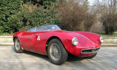 """• Η 23η αναβίωση της ανάβασης του Castell' Arquato-Vernasca, θα πραγματοποιηθεί από τις 29 Ιουνίου έως την 1η Ιουλίου με αγωνιστικά αυτοκίνητα που κατασκευάστηκαν από τις αρχές του 20στου αιώνα έως το 1972. • Στην εκκίνηση θα βρεθεί η υπέροχη 1900 Sport Spider του 1954, την οποία προσέφερε το Ιστορικό Μουσείο της Alfa Romeo στο Aρέζε. • Το αυτοκίνητο, αποθεώθηκε πρόσφατα από το κοινό, στο Mille Miglia με οδηγό τον μπασίστα των Coldplay, Guy Berryman. • Το τμήμα FCA Heritage δημιουργήθηκε για τη διατήρηση, προώθηση της ιστορικής κληρονομιάς της εταιρείας, για την εξυπηρέτηση των συλλεκτών, των θαυμαστών. των αυτοκινήτων και της ιστορίας των Alfa Romeo, Fiat και Abarth. Η έκδοση 2018 της Vernasca Silver Flag, η ιστορική αναπαράσταση της ανάβασης του λόφου Castell' Arquato-Vernasca που διεξάγονταν από το 1953 ως το 1972, θα πραγματοποιηθεί από τις 29 Ιουνίου έως την 1η Ιουλίου. Στη νέα της έκδοση έχει τη μορφή επίδειξης αυτοκινήτων σε δρόμους κλειστούς στην κυκλοφορία με περιορισμένες ταχύτητες. Συμμετέχουν αγωνιστικά αυτοκίνητα που κατασκευάζονται από τις αρχές της ιστορίας της αυτοκίνησης μέχρι τις αρχές της δεκαετίας του '70. Με διοργάνωση από το Club Piacentino Automotoveicoli d'Epoca, φέτος η """"Vernasca Silver Flag"""" πραγματοποιείται για 23η φορά. Η FCA Heritage θα έχει και πάλι το δικό της περίπτερο στην εκδήλωση και θα φιλοξενήσει ένα εξαίσιο ιστορικό αυτοκίνητο Alfa Romeo: το 1900 Sport Spider που κατασκευάστηκε το 1954. Πρόκειται για μια εξαιρετικά σπάνια αγωνιστική Spider- που παράχθηκε σε δύο μονάδες - εξοπλισμένη με τον 4κύλινδρο κινητήρα ξηρού καυσίμου """"1900"""", με μέγιστη ισχύ που φτάνει τα 138 HP. Μπορεί έτσι να φτάσει ταχύτητα 220 km / h, χάρη στο μικρό της βάρος (880 kg) και την ιδιαίτερα αποτελεσματική της αεροδυναμική. Με τον πρωτοποριακό σχεδιασμό Bertone, το 1900 Sport Spider διαθέτει κιβώτιο ταχυτήτων 5 σχέσεων και έναν πίσω άξονα De Dion: απόδοση και χειρισμό αντάξια ενός σύγχρονου αυτοκινήτου, αξιόπιστου και με εξαιρετικά κρατήματα στο δρόμο. Περισσ"""