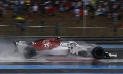 """H Alfa Romeo Sauber F1 Team οδεύει προς την Αυστρία για το δεύτερο από τους τρεις συνεχόμενους αγώνες. Μετά από ένα πετυχημένο Σαββατοκύριακο στη Γαλλία η ομάδα πάει στον επόμενο γύρο έχοντας συνολικά 13 βαθμούς κάτι που προσδίδει κίνητρο και αισιοδοξία. Η σταθερή πρόοδος που συντελείται στα τελευταία αγωνιστικά Σαββατοκύριακα δίνει στους οδηγούς την απαραίτητη αυτοπεποίθηση για να αντιμετωπίσουν το Red Bull Circuit. Το Σαββατοκύριακο του Αυστριακού Grand Prix είναι δημοφιλές ανάμεσα στους οδηγούς και στους φιλάθλους καθώς προσφέρει συγκινήσεις εντός και εκτός πίστας. Καθ' ότι πρόκειται για μια από τις μικρές σε μήκος διαδρομές στο πρόγραμμα η πίστα που ονομάζεται και Spielberg Ring, προσφέρει καλές ευκαιρίες για προσπέρασμα και οδηγική πρόκληση ειδικά με τον ενδιαφέροντα συνδυασμό στροφών που διαθέτει. Marcus Ericsson (μονοθέσιο Νο 9): """"Είναι πάντα διασκεδαστικό να επιστρέφεις σ' έναν αγώνα όπως το Αυστριακό Grand Prix. Διεξάγεται σε μια, από τις μικρότερες σε μήκος, διαδρομή που έχει μόνο λίγες στροφές. Κατά συνέπεια οι χρονικές διαφορές στο ρυθμό γύρου είναι πολύ μικρές. Έχει μερικά ενδιαφέροντα τμήματα ειδικά στο δεύτερο μέρος του γύρου που συνιστούν πρόκληση. Υπάρχουν μερικές πολύ γρήγορες στροφές όπου εκεί απαιτείται καλή ισορροπία κρατήματος όπως και συγκέντρωση από μας τους οδηγούς. Οι μεγάλες ευθείες και οι κλειστές στροφές προσφέρουν κάποιες ευκαιρίες για προσπέρασμα. Η ατμόσφαιρα είναι πάντα σπουδαία, έρχονται πολλοί φίλαθλοι για να μας υποστηρίξουν στην πίστα. Ανυπομονώ να επιστρέψω εκεί."""" Charles Leclerc (μονοθέσιο Νο 16): """"Πραγματικά ανυπομονώ να αγωνιστώ στην Αυστρία. Το Red Bull Ring είναι η αγαπημένη μου διαδρομή μαζί μ' αυτή στο Μονακό. Είναι πολύ μικρή αλλά χρειάζεται σπέσιαλ ρυθμός κάτι που μου αρέσει πραγματικά. Υπάρχουν εκεί πολλοί φίλαθλοι που μας υποστηρίζουν. Στον περιβάλλοντα χώρο της πίστας γίνονται παράλληλα πολλές δράσεις αυτό δίνει μια ξεχωριστή αίσθηση στο Σαββατοκύριακο. Όσον αφορά στην οδήγηση αγαπημένο μου τμήμα είναι οι δυο τελευτα"""