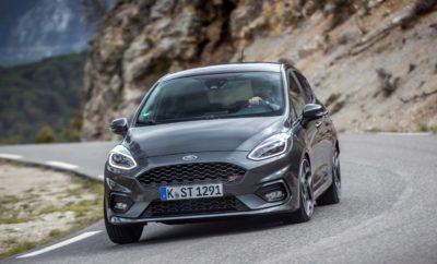 Νέο Ford Fiesta ST – Με Τιμές που Ξεκινούν από €20.264, Καινοτόμες Τεχνολογίες και Δυναμική Οδηγική Συμπεριφορά, Στοχεύει Ξανά την Κορυφή της Κατηγορίας • Το νέο Ford Fiesta ST προσφέρει την απόλυτη οδηγική εμπειρία με την πιο άμεση, πιο απολαυστική και πιο συναρπαστική οδηγική αίσθηση στην ιστορία του Fiesta και έναν εθιστικό ήχο κινητήρα • Νέος τρικύλινδρος 1.5L EcoBoost 200 ίππων, μηχανικό διαφορικό περιορισμένης ολίσθησης, πατενταρισμένα ελατήρια ανακατανομής πλευρικών φορτίων και επιλέξιμα Προφίλ Οδήγησης (Drive Modes) υπόσχονται ανεπανάληπτη εμπειρία οδήγησης • Βελτιωμένη γκάμα επιλογών εξατομίκευσης και τεχνολογιών περιλαμβάνει νέα πακέτα στιλιστικής αναβάθμισης, συνδεσιμότητα SYNC3 με οθόνη αφής 8 ιντσών και premium ηχοσύστημα B&O PLAY Το νέο Ford Fiesta ST προσφέρει την ταχύτερη απόκριση και την πιο απολαυστική και συναρπαστική οδηγική εμπειρία στην ιστορία του Fiesta ST, διαθέτοντας μία γκάμα καινοτόμων τεχνολογιών (Sports Technologies) που βελτιώνουν την ισχύ και τις επιδόσεις, τη συμπεριφορά στο στρίψιμο, την ευελιξία και τις δυνατότητες χρήσης σε διαφορετικά σενάρια, από την διαδρομή στο σχολείο μέχρι την αγωνιστική οδήγηση σε πίστα. Το νέο Fiesta ST αντλεί ισχύ από έναν νέο τρικύλινδρο βενζινοκινητήρα 1.5L EcoBoost της Ford – τον πρώτο τρικύλινδρο που χρησιμοποιείται σε μοντέλο Ford Performance – αποδίδοντας 200 ίππους και ροπή 290 Nm για επιτάχυνση 0-100 km/h σε 6,5 δευτερόλεπτα και τελική ταχύτητα 232 km/h. Επιλέξιμα προφίλ οδήγησης (Drive Modes) επιτρέπουν τη διαμόρφωση του κινητήρα, του συστήματος διεύθυνσης και των συστημάτων ελέγχου ευστάθειας του νέου Fiesta ST σύμφωνα με τις ρυθμίσεις Normal, Sport και Track – μεταβάλλοντας το χαρακτήρα του οχήματος από ένα ευέλικτο, καθημερινό hatchback σε ένα ιδιαίτερα σπορ αυτοκίνητο, με το πάτημα ενός μπουτόν. Προαιρετικό Launch Control βοηθά τους οδηγούς να πετυχαίνουν αξιόπιστες, γρήγορες εκκινήσεις από στάση στην πίστα, με την υποστήριξη μιας ειδικής γραφικής ένδειξης στον πίνακα οργάνων. Το πρώτο, προαι