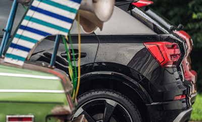 Εντυπωσιακό TV spot από την Audi για τα συστήματα ασφάλειας • Η Audi επιλέγει μια ομάδα κλόουν για πρωταγωνιστές στο νέο της τηλεοπτικό διαφημιστικό • Οι κλόουν οδηγούν απρόσεκτα και επικίνδυνα, δημιουργώντας κυκλοφοριακό χάος, σε ένα φιλμ γυρισμένο από βραβευμένο Βρετανό σκηνοθέτη στους δρόμους της Πράγας • Πραγματικοί πρωταγωνιστές του διαφημιστικού είναι τα μοντέλα της Audi που με τις πρωτοποριακές τους τεχνολογίες αποφεύγουν ατυχήματα που φαντάζουν αναπόφευκτα • Το διαφημιστικό έχει ήδη αποσπάσει την αγάπη του κοινού αλλά και πλήθος βραβείων Σε μία επίδειξη δημιουργικότητας αλλά και τεχνολογικής υπεροχής, η Audi συνδυάζει σε ένα διαφημιστικό το αστείο με το σοβαρό. Φέρνει στη μικρή οθόνη την ελαφρότητα και το χιούμορ που συνδέεται με τους κλόουν παράλληλα με την αξία των συστημάτων ασφάλειας με τα οποία εξοπλίζει τα μοντέλα της αλλά και τη σοβαρότητα της οδικής ασφάλειας. Το αποτέλεσμα, ένα μοναδικό διαφημιστικό φιλμ (δείτε το εδώ http://goo.gl/PULgQn) που έχει κερδίσει κοινό και κριτικούς! Ο Βρετανός, πολυβραβευμένος στο χώρο των TV spots σκηνοθέτης Ringan Ledwidge (τρεις συνεχόμενες χρονιές Νο 1 σκηνοθέτης στη Μεγ. Βρετανία από το περιοδικό Campaign Magazine και ένας από τους τρεις κορυφαίους σκηνοθέτες στον κόσμο στο χώρο της διαφήμισης), πήρε τους συνεργάτες του, ειδικά επιλεγμένους ηθοποιούς – κάποιοι εκ των οποίων με προϋπηρεσία σε ρόλους κλόουν, ένα στόλο από μοντέλα της Audi και ένα διόλου ευκαταφρόνητο – αν και μυστικό – budget και πήγε στην Πράγα. Τέλη Αυγούστου, κάποιες περιοχές της πρωτεύουσας της Τσεχίας έκλεισαν στην κυκλοφορία και ...οι κλόουν βγήκαν στους δρόμους. Ευτυχώς, τα υπόλοιπα αυτοκίνητα που κυκλοφορούσαν κατά τη διάρκεια των γυρισμάτων, ήταν Audi! Η φιλοσοφία του διαφημιστικού είναι ο παραλληλισμός της συμπεριφοράς των απρόσεκτων ή και επικίνδυνων οδηγών, με τον κόσμο των κλόουν. Οι τηλεθεατές αναγνωρίζουν καταστάσεις που πιθανά τους είναι γνώριμες – ακόμα και αν ποτέ δεν συνέβησαν με υπαιτιότητά τους. Το διαφημιστικό αντιπαραβάλλει με μ