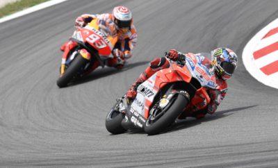 • Ο Χόρχε Λορένθο με Ducati, κατέκτησε τη νίκη στον αγώνα του MotoGP στην Καταλωνία • Ο Ισπανός αναβάτης της Ducati έκανε έναν εντυπωσιακό αγώνα, τερματίζοντας περισσότερο από 4 δευτερόλεπτα μπροστά από το Μάρκεθ, αναβάτη της Honda • Η νίκη στη Βαρκελώνη ήρθε 2 εβδομάδες μετά την 1η θέση στο GP Ιταλίας • Ο άλλος αναβάτης της Ducati, Ιταλός Αντρέα Νοβιτσιόζο, ήταν σε θέση βάθρου μέχρι τη στιγμή που είχε μία πτώση που τον οδήγησε σε εγκατάλειψη Δύο εβδομάδες μετά τη νίκη του στην Ιταλία, ο Χόρχε Λορένθο, αναβάτης της Ducati, ανέβηκε στο ψηλότερο σκαλί του βάθρου και στην Καταλωνία. Στο GP που έγινε στη Βαρκελώνη, μπροστά σε περισσότερους από 90.000 θεατές, ο αναβάτης από τη Μαγιόρκα εκκίνησε από την 1η θέση έχοντας κάνει τον καλύτερο χρόνο στα δοκιμαστικά. Η εκκίνησή του δεν ήταν η ιδανική και βρέθηκε στην 3η θέση μετά την 1η στροφή. Με το τέλος του πρώτου γύρου ο Λορένθο πέρασε εντυπωσιακά στην 1η θέση όπου και παρέμεινε μέχρι την πτώση της καρό σημαίας. Για τον Ισπανό, πρωταθλητή του MotoGP το 2010, 2012 και 2015, αυτή ήταν η δεύτερη νίκη του στο διάστημα που αγωνίζεται με την ομάδα από το Borgo Panigale και πανηγυρίστηκε δεόντως. O άλλος αναβάτης της Ducati, ο Ιταλός Αντρέα Ντοβιτσιόζο, είχε μία πτώση στο 16ο γύρο στη στροφή Νο 5 και ενώ ήταν στην 3η θέση και εγκατέλειψε. Όπως δήλωσε, είχε βγει με 5-6 χιλιόμετρα παραπάνω από τους προπορευόμενους από τη στροφή Νο 4 και αυτό του έδινε πλεονέκτημα στην προσπάθειά του να τους πλησιάσει. Όμως ένα λάθος στο φρενάρισμα στην επόμενη στροφή, έφερε την πτώση και την εγκατάλειψη. Με τη νίκη του αυτή ο Λορένθο προωθήθηκε στη 7η θέση της γενικής κατάταξης στους αναβάτες με 66 βαθμούς, όσους έχει και ο Ντοβιτσιόζο. Η Ducati είναι 2η στο πρωτάθλημα κατασκευαστών με 132 βαθμούς. Επόμενος αγώνας του MotoGP στην πίστα του Άσσεν, στην Ολλανδία, 29 Ιουνίου – 1 Ιουλίου.