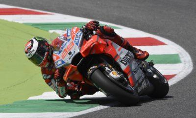 H Ducati κάνει θριαμβευτικό 1-2 στην Ιταλία • Ο Χόρχε Λορένθο, αναβάτης της Ducati, κατέκτησε τη νίκη στον αγώνα του MotoGP στην πίστα του Mugello, στην Ιταλία • Ο Λορένθο εκκίνησε στην πρώτη θέση και παρέμεινε σε αυτήν σε όλη τη διάρκεια του αγώνα • Αυτή είναι η πρώτη νίκη για τον Λορένθο σε αγώνες του με τη Ducati • Συνολικά θριαμβευτικό αποτέλεσμα για τη Ducati, με τον Αντρέα Ντοβιτσιόζο, έτερο αναβάτη της ομάδας, να τερματίζει στη δεύτερη θέση Σαββατοκύριακο θριάμβου για τη Ducati στο MotoGP, με τους δύο αναβάτες της ομάδας να κάνουν το 1 – 2 στον αγώνα της Ιταλίας, στην πίστα του Mugello. Ο Χόρχε Λορένθο εκκίνησε από την πρώτη θέση έχοντας κάνει τον καλύτερο χρόνο στα δοκιμαστικά και μετά από άψογο αγώνα, κατέκτησε τη νίκη. Για τον Ισπανό, πρωταθλητή του MotoGP το 2010, 2012 και 2015, αυτή ήταν η πρώτη του νίκη στο διάστημα που αγωνίζεται με την ομάδα από το Borgo Panigale. «Είμαι πανευτυχής! Την παραμονή του αγώνα δήλωσα πως το να κερδίσω εδώ με τη Ducati είναι όνειρο ζωής και λιγότερο από 24 ώρες αργότερα, αυτό το όνειρο γίνεται πραγματικότητα. Αυτή η νίκη έχει για μένα την ίδια αξία με την πρώτη μου νίκη στο MotoGP, το 2008», δήλωσε περιχαρής ο Λορένθο, στο τέλος του αγώνα. Στη δεύτερη θέση τερμάτισε ο άλλος αναβάτης της Ducati, ο Ιταλός Αντρέα Ντοβιτσιόζο, oλοκληρώνοντας ένα μοναδικό Σαββατοκύριακο για τη Ducati. Εκκινώντας από την 3η σειρά, ο «Ντόβι» ήδη με το τέλος του πρώτου γύρου είχε προωθηθεί στην 5η θέση, για να βρεθεί πίσω από τον ομόσταυλό του έξι γύρους αργότερα. Ο Ισπανός όμως χθες αποδείχθηκε ανίκητος, με τους Λορένθο και Ντοβιτσιόζο να τερματίζουν με αυτή τη σειρά, χαρίζοντας στη Ducati ένα εντός έδρας θριαμβευτικό 1 - 2. Με τη νίκη του αυτή ο Λορένθο προωθήθηκε στη 10η θέση της γενικής κατάταξης στους αναβάτες με 41 βαθμούς, ενώ ο Ντοβιτσιόζο χάρη στη 2η θέση είναι στην 4η γενικής με 66 βαθμούς. Ο Ιταλός αναβάτης Μικέλε Πίρρο, δοκιμαστής της Ducati ο οποίος επρόκειτο να συμμετάσχει στον αγώνα με καθεστώς wild-card, είχε στην πρώτη μέρα των δοκ