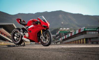 Δώρα από τη Ducati έως 2.500 € για κάθε παραγγελία μοτοσυκλέτας • Η Ducati προσφέρει δώρα, αξεσουάρ μοτοσυκλέτας ή/και ρουχισμό αναβάτη, αξίας έως 2.500 €, για κάθε παραγγελία μοτοσυκλέτας μέχρι τέλος Ιουνίου Η Ducati υποδέχεται το καλοκαίρι με δώρα! Για όλα τα μοντέλα Ducati, με κάθε παραγγελία μέχρι τέλος Ιουνίου, προσφέρονται ως δώρο αξεσουάρ μοτοσυκλέτας ή ρουχισμός αναβάτη, αποκλειστικά επιλογής του πελάτη. Η αξία του εξοπλισμού ποικίλλει ανά μοντέλο και φτάνει έως και τα 2.500 € – στην περίπτωση της Panigale V4 S. Ενδεικτικά, με κάθε αγορά μίας Monster 821 o δωρεάν εξοπλισμός είναι αξίας 800 € ενώ με την αγορά μίας Scrambler 1100 η αξία του ανέρχεται στα 1.200 €. Η παραπάνω προωθητική ενέργεια ισχύει για όλες τις παραγγελίες στο Δίκτυο Εξουσιοδοτημένων Εμπόρων Ducati μέχρι και τις 30 Ιουνίου 2018. Παράλληλα, όλα τα μοντέλα της Ducati προσφέρονται με δυνατότητα χρηματοδότησης, με ιδιαίτερα ανταγωνιστικό επιτόκιο, μόλις 3,9%.
