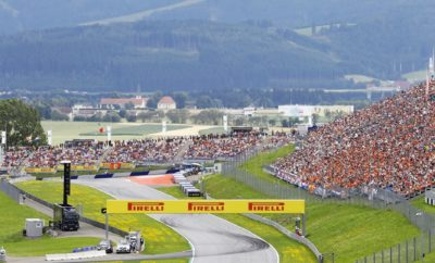 """Η διασημότερη ανάβαση του κόσμου το Pikes Peak διεξήχθη το προηγούμενο Σαββατοκύριακο στην Αμερική. Αυτό το Σαββατοκύριακο η Formula 1 πλησιάζει όσο είναι εφικτό, σε κάτι ανάλογο, στο Αυστριακό Grand Prix που διεξάγεται στις Νορικές Άλπεις (Styrian mountains). Για το Red Bull Ring στο Spielberg επελέγησαν οι P Zero κίτρινη μαλακή, η P Zero κόκκινη πολύ μαλακή και η P Zero μωβ πάρα πολύ μαλακή γόμα: Πρόκειται ακριβώς για τον ίδιο συνδυασμό με πέρυσι, φέτος όμως οι γόμες είναι όλες ένα επίπεδο πιο μαλακές από τις αντίστοιχες του 2017. Η ΠΙΣΤΑ ΥΠΟ ΤΟ ΠΡΙΣΜΑ ΤΩΝ ΕΛΑΣΤΙΚΩΝ (*) Πρόσφυση ασφάλτου, κάθετη δύναμη, τραχύτητα ασφάλτου, καταπόνηση ελαστικών, πλευρικές δυνάμεις. • Πρόκειται για έναν από τους πιο μικρούς σε απόσταση γύρους της σεζόν και ο μικρότερος σε χρονική διάρκεια. Τα ενεργειακά φορτία που ασκούνται στα ελαστικά είναι σχετικά χαμηλά και η άσφαλτος έχει καλή πρόσφυση. • Τα δυο πρώτα τμήματα έχουν γρήγορη ροή ενώ το τρίτο μέρος είναι πιο αργό και πιο τεχνικό. • Όντας ορεινή τοποθεσία έχει απρόβλεπτο καιρό μπορεί να έχουμε λιακάδα ή μπόρες. • Υπάρχουν μεγάλες υψομετρικές διαφορές οπότε αρκετές στροφές είναι τυφλές: Αποτελεί κλειδί το να βρεις σετάρισμα που σου δίνει αυτοπεποίθηση. • Πέρυσι η πιο κοινή επιλογή ήταν η μία αλλαγή, υπήρξαν όμως διαφορετικές εκδοχές αυτής της στρατηγικής. MARIO ISOLA – ΕΠΙΚΕΦΑΛΗΣ ΑΓΩΝΩΝ ΑΥΤΟΚΙΝΗΤΟΥ """"Στην Αυστρία έχουμε την ίδια επιλογή ελαστικών με την Γαλλία. Πρόκειται όμως για εντελώς διαφορετικές πίστες παρότι αμφότερες προήρθαν από την ανακαίνιση μιας παλιάς ιστορικής διαδρομής. Η καταγωγή δίνει στο Red Bull Ring την αίσθηση πίστας παλιάς σχολής την οποία πάντα εκτιμούν οι οδηγοί. Η διαδρομή είναι περισσότερο γκάζι φρένο και δεν παρουσιάζει μεγάλες απαιτήσεις σε πλευρικά φορτία. Η Αυστρία είχε πάντα την ικανότητα να προκαλεί εκπλήξεις καθώς ο γύρος είναι σύντομος και τα μονοθέσια είναι πιο κοντά το ένα στο άλλο, οπότε έχεις ν' αντιμετωπίσεις και κυκλοφοριακό. Μια από τις ιδιαιτερότητες στην Αυστρία είναι πως έχει περισσότερες δε"""