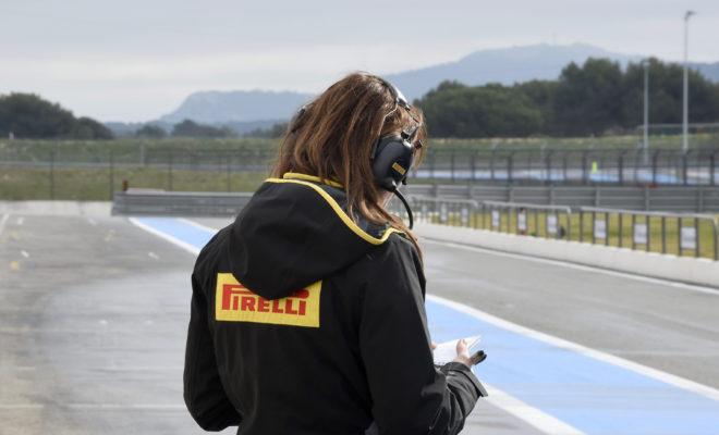 """Γράφεται ιστορία και ταυτόχρονα γιορτάζεται το ένδοξο παρελθόν αυτό το Σαββατοκύριακο. Η Formula 1 επιστρέφει σ' έναν θρυλικό προορισμό ξεκινώντας μια τριπλέτα αγώνων χωρίς κενό: Από το Le Castellet στη Γαλλία θα βρεθούν αμέσως στην Αυστρία και από κει στην Αγγλία χωρίς κενό, σε διαδοχικά Σαββατοκύριακα. Για την επιστροφή στην πίστα του Paul Ricard, η Pirelli επέλεξε τις γόμες: P Zero κίτρινη μαλακή, P Zero κόκκινη πολύ μαλακή, και P Zero μωβ πάρα πολύ μαλακή. Η τελευταία φορά που διεξήχθη Γαλλικό Grand Prix στο Paul Ricard ήταν το 1990. Πρόκειται λοιπόν για μια εντελώς νέα πίστα για τις ομάδες και τους οδηγούς. Είναι παραταύτα γνωστή ως πίστα δοκιμών, χάρη στις κορυφαίες εγκαταστάσεις και στον καλό καιρό της περιοχής. Η ΠΙΣΤΑ ΥΠΟ ΤΟ ΠΡΙΣΜΑ ΤΩΝ ΕΛΑΣΤΙΚΩΝ (*) Πρόσφυση ασφάλτου, κάθετη δύναμη, τραχύτητα ασφάλτου, καταπόνηση ελαστικών, πλευρικές δυνάμεις. • Έχει στρωθεί εντελώς νέος ασφαλτοτάπητας στο πλαίσιο προετοιμασίας για το Γαλλικό Grand Prix. Το αποτέλεσμα είναι λεία άσφαλτος, με υψηλά επίπεδα πρόσφυσης, παρόμοιου χαρακτήρα με αυτόν της Βαρκελώνης. Με βάση αυτά τα χαρακτηριστικά, τα ελαστικά θα έχουν μειωμένο πάχος πέλματος κατά 0.4 χιλιοστά. Το ίδιο είχε συμβεί στην Ισπανία και θα συμβεί και στο Silverstone στις αρχές Ιουλίου. Οι τρεις αυτές πίστες έχουν νέα άσφαλτο. • Οι καιρικές συνθήκες στην Νότια Γαλλία αυτή την εποχή, είναι πολύ ζεστές αυτό θα αυξήσει τα επίπεδα φθοράς και πτώσης στην απόδοση λόγω θερμικής καταπόνησης. • Στο πλαίσιο προετοιμασίας για το Γαλλικό Grand Prix, οι μηχανικοί της Pirelli πήραν δείγματα της νέας ασφάλτου ώστε να σιγουρευτούν για την ενδεδειγμένη επιλογή γομών. • Με μήκος 5.8 χιλιόμετρα ο γύρος στο Paul Ricard είναι από τους μεγαλύτερους σε απόσταση μέσα στη χρονιά. Στη σχεδίαση υπήρξε μέριμνα για δημιουργία σημείων όπου διευκολύνονται τα προσπεράσματα. MARIO ISOLA – ΕΠΙΚΕΦΑΛΗΣ ΑΓΩΝΩΝ ΑΥΤΟΚΙΝΗΤΟΥ """"Το Paul Ricard είναι μια νέα διαδρομή για όλους. Έχουμε όμως μια εικόνα για το τι θα αντιμετωπίσουμε από τις δοκιμές εξέλιξης της Formul"""