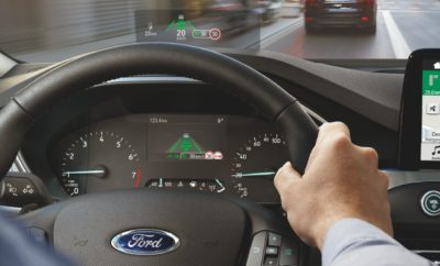 Τεχνολογία που εξελίχθηκε για πρώτη φορά για μαχητικά αεροσκάφη συμβάλλει στη βελτίωση της οδηγικής εμπειρίας με το νέο Focus – το οποίο φέρνει την πρώτη οθόνη 'Head-up display' της Ford στην Ευρώπη. Αυτό το σύστημα προβολής πληροφοριών επιτρέπει στους οδηγούς να έχουν την προσοχή τους συνεχώς στραμμένη στο δρόμο, ενώ παρακολουθούν δεδομένα ταχύτητας, πλοήγησης και οδικής σήμανσης που προβάλλονται στο πεδίο ορατότητάς τους. Ωστόσο, κάποια συστήματα ενδέχεται μην υποστηρίζουν αυτή την τεχνολογία – όσοι φορούν πολωτικά (polarized) γυαλιά ηλίου που εξουδετερώνουν την αντανάκλαση, θα βλέπουν τις πληροφορίες θολά. Η οθόνη 'Head-up display' της Ford εκπέμπει επίσης το είδος του φωτισμού που τα πολωτικά γυαλιά είναι σχεδιασμένα να εξαλείφουν ως αντανάκλαση. Το πρόβλημα λύνεται με ένα προσεκτικά ρυθμισμένο φίλτρο που αντανακλά το πολωτικό φως. «Η χρήση πολωτικών γυαλιών μπορεί να κάνει τη διαφορά σε οδηγούς που υποφέρουν από την αντανάκλαση, όπως όταν μεγάλες εκτάσεις νερού, χιονιού, ή ακόμα και ασφάλτου αντανακλούν το ηλιακό φως. Η 'Head-up display' του νέου Focus προσφέρει μία από τις πιο φωτεινές οθόνες, διαθέτει από τα μεγαλύτερα πεδία ορατότητας, και θα είναι ευδιάκριτη σε όλους τους πελάτες μας» δήλωσε ο Glen Goold, chief program engineer της Ford για το Focus. Παρακολουθήστε το βίντεο εδώ https://youtu.be/Uzn4Uz2cml0 Τα καλοκαιρινά βράδια συχνά οδηγούμε σε ώρες αιχμής, όταν ο ήλιος βρίσκεται χαμηλά στον ορίζοντα. Και στο Ηνωμένο Βασίλειο για παράδειγμα, ο ήλιος θεωρείται η αιτία για σχεδόν διπλάσια ατυχήματα από όσο το χιόνι, η βροχή και η ομίχλη μαζί . Η Head-up display της Ford εξασφαλίζει ότι οι οδηγοί δεν χρειάζεται να εστιάζουν αλλού την προσοχή τους, πλην του δρόμου, για να βλέπουν πληροφορίες και να επιλέγουν ειδοποιήσεις. Ενώ τα παραδοσιακά συστήματα head-up display χρησιμοποιούν κύματα φωτός παλλόμενα παράλληλα με το δρόμο, η οθόνη 'Head-up display' του Focus ενισχύει φωτεινά κύματα που πάλλονται κάθετα στο δρόμο, ώστε η εικόνα να μπορεί να φαίνεται καθαρά μ