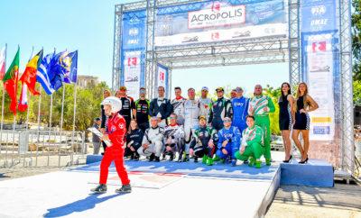 Από τη ράμπα της αφετηρίας στη σκιά του Παρθενώνα ξεκίνησε το ΕΚΟ Ράλλυ Ακρόπολις 2018, η 64η επανάληψη του διεθνούς ελληνικού αγώνα, 3ου γύρου του φετινού Ευρωπαϊκού Πρωταθλήματος Ράλλυ (ERC) - καθώς και του Πανελληνίου Πρωταθλήματος Ράλλυ Χώματος και του Π.Π. Ράλλυ Χώματος Ιστορικών αυτοκινήτων. No1: LUKYANUK Alexey - ARNAUTOV Alexey «Όλα καλά για εμάς, περιμένουμε μια δυνατή μάχη σ' αυτόν τον αγώνα» Νο3: HERCZIG Norbert - FERENCZ Ramon «Είμαστε οι νεοφερμένοι στην κατηγορία μας, αλλά ελπίζουμε να βρούμε ρυθμό στις Ειδικές και να μην αντιμετωπίσουμε κάποιο κλατάρισμα ή τεχνικό πρόβλημα. Θα θέλαμε να βρούμε καλό ρυθμό στις Ειδικές, ελπίζω να πάνε όλα καλά». Νο4: GRZYB Grzegorz - WROBEL Jakub «Έχουμε καλή αίσθηση, ο καιρός είναι καλός και η θέση εκκίνησής μας το ίδιο. Περιμένουμε έντονο συναγωνισμό στην πρώτη πεντάδα με πολλά αξιόλογα πληρώματα και καλές ομάδες». Νο6: BRYNILDSEN Eyvind - ENGAN Veronica «Η ατμόσφαιρα είναι πολύ ωραία και ανυπομονούμε. Θα είναι τρεις μακρές μέρες. Η σημερινή μέρα είναι επίσης μεγάλη, αν και δεν έχουμε τόσες πολλές Ειδικές. Περιμένουμε να είναι δύσκολες οι Ειδικές του Σαββάτου, οπότε πρέπει να είμαστε προετοιμασμένοι». Νο7: TSOULOFTAS Alexandros - CHRYSOSTOMOU Antonis «Είμαστε στην Ακρόπολη και ανυπομονούμε για να ξεκινήσει ο αγώνας. Τα πληρώματα είναι αρκετά και ο συναγωνισμός θα είναι έντονος - πρέπει να έχουμε καλή στρατηγική για να πετύχουμε ένα καλό αποτέλεσμα. Είμαστε θετικοί και ανυπομονούμε» Νο9: PTASZEK Hubert - SZCZEPANIAK Maciej «Είναι η πρώτη μου φορά εδώ, θα δούμε πώς θα πάει. Δεν γνωρίζω τις Ειδικές, αλλά δείχνουν εύκολες να τις διαβάσεις. Έχουμε μεγάλες ελπίδες αλλά πρέπει να προσέχουμε πολύ τον ελληνικό ήλιο. Θα προσπαθήσουμε να βρούμε καλή ισορροπία μεταξύ της γρήγορης και της προσεκτικής οδήγησης για να αποφύγουμε τα προβλήματα». Νο11: MONTEIRO Aloisio - COUCEIRO Andre «Είναι μεγάλος αγώνας, οπότε πρέπει να σκεφτούμε κάθε Ειδική ξεχωριστά και να τερματίσουμε. Χθες στόχος μας ήταν να μην είμαστε το πρώτο αυτοκίνητο στο