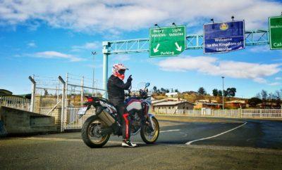 Το Adventure Roads ταξιδεύει την Africa Twin της Honda στο νότιο ημισφαίριο Η Honda Motor Europe με ιδιαίτερη χαρά επιβεβαιώνει ότι μετά την ενθουσιώδη ανταπόκριση που είχε το πρώτο Adventure Roads το 2017, η επόμενη διοργάνωση έρχεται να προσφέρει στους αναβάτες ένα μοναδικό ταξίδι στη Νότια Αφρική, το Μάρτιο του 2019. Στο πρώτο Adventure Roads, 40 ενθουσιώδεις μοτοσικλετιστές στη σέλα της CRF1000L Africa Twin συμμετείχαν σε ένα οκταήμερο ταξίδι 3.500 χιλιομέτρων από το Όσλο έως το Βόρειο Ακρωτήρι – το βορειότερο άκρο της Ευρώπης - μέσα από τους γεμάτους στροφές δρόμους και τα εκπληκτικά τοπία της ακτογραμμή της Νορβηγίας στη Βόρεια Θάλασσα. Εδώ μπορείτε να δείτε το συναρπαστικό φιλμ από την πρώτη διοργάνωση. Καθώς η Honda Motor Europe έχει δημιουργήσει παράδοση στη διοργάνωση ταξιδιών περιπέτειας με παραπλήσιες μοτοσικλέτες Honda, δίνει τώρα την ευκαιρία σε 40 αναβάτες να οδηγήσουν τη CRF1000L Africa Twin στη νέα της για το 2018 έκδοση 'Adventure Sports', σε ένα ταξίδι περιπέτειας που πρόκειται να μείνει αξέχαστο, στο νοτιότερο άκρο της Αφρικανικής ηπείρου. Ξεκινώντας από την πόλη Ντέρμπαν στην ανατολική ακτή της Νότιας Αφρικής, η δεύτερη διοργάνωση του Adventure Roads θα οδηγήσει τους συμμετέχοντες σε μία διαδρομή 3.200 χιλιομέτρων σε όλο το πλάτος της χώρας – περνώντας από το Λεσότο – έως το πανέμορφο Κέιπ Τάουν. Το 12ήμερο ταξίδι θα περάσει από διάφορα εδάφη και θα διασχίσει επικά τοπία σε έναν από τους μεγαλύτερους προορισμούς περιπέτειας του πλανήτη. Το Adventure Roads 2019 είναι ένα πακέτο «με το κλειδί στο χέρι» που απευθύνεται σε 40 πελάτες Honda από την Ευρώπη. Η Honda αναλαμβάνει τη φιλοξενία, τις ξεναγήσεις και τη συντήρηση των μοτοσικλετών και οι συμμετέχοντες θα φτάσουν στη Νότια Αφρική σίγουροι ότι θα μπορούν να ξεκουραστούν, να οδηγήσουν και να απολαύσουν το ταξίδι, στο οποίο θα συναντήσουν και θα έχουν στη διάθεσή τους τις πολύτιμες συμβουλές από διάσημους αναβάτες της Honda HRC. Για περισσότερες λεπτομέρειες σχετικά με το πρόγραμμα του 2ου Adventu