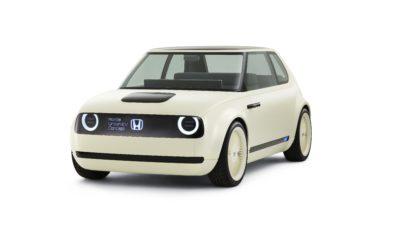 Το Honda Urban EV Concept αναδείχτηκε 'Best Concept Car' στο θεσμό των βραβείων 2018 Car Design Award • Το ηλεκτρικό πρωτότυπο αυτοκίνητο κερδίζει παγκόσμια διάκριση για την εξαιρετική του σχεδίαση • Διεθνής κριτική επιτροπή από 12 συντάκτες έγκυρων εκδόσεων • Η ομάδα Honda R&D αναγνωρίζεται για τη σημαντική συμβολή της στην εξέλιξη της αυτοκινητιστικής σχεδίασης με το Urban EV Concept • Το Urban EV Concept θα είναι το πρώτο μοντέλο παραγωγής στη στρατηγική 'Electric Vision' της Honda • Οι παραγγελίες για νέο ηλεκτρικό όχημα βασισμένο στο Urban EV Concept θα ξεκινήσουν στις αρχές του 2019 Honda Urban EV Concept Μία διεθνής επιτροπή ειδικών από το χώρο του αυτοκινήτου αξιολόγησε το Honda Urban EV Concept ως το 'The Best Concept Car' στον αναγνωρισμένο θεσμό βραβείων 2018 Car Design Award, που διοργανώθηκαν στο πλαίσιο της Έκθεσης Αυτοκινήτου του Τορίνο. Τη διοργάνωση ανέλαβε το περιοδικό Auto & Design. Οι φιναλίστ και οι νικητές του θεσμού Car Design Award επιλέγονται και αξιολογούνται από μία επιτροπή που αποτελείται από 12 συντάκτες αυτοκινήτου από τις πιο έγκυρες εκδόσεις σε όλο τον κόσμο. Το Honda Urban EV Concept επιλέχθηκε μεταξύ των φιναλίστ φέτος τον Απρίλιο και στη συνέχεια επικράτησε ως γενικός νικητής στην κατηγορία πρωτότυπων οχημάτων, έχοντας απέναντί του εννέα αντιπάλους. Η παγκόσμια αναγνώριση στο θεσμό Car Design Award έρχεται σε συνέχεια της επιτυχίας του Urban EV Concept τον Ιανουάριο, όταν απέσπασε τη διάκριση 2018 Concept of the Year από το περιοδικό Automobile. Η Honda αποκάλυψε το Urban EV Concept στην Έκθεση Αυτοκινήτου της Φρανκφούρτης 2017. Η βραβευμένη σχεδίαση θα αποτελέσει την αισθητική βάση για το πρώτο ηλεκτρικό όχημα μπαταρίας της Honda στην Ευρώπη που θα παρουσιαστεί στα τέλη του 2019, με μία απλή και σοφιστικέ εμφάνιση, σε αντίθεση με την προηγμένη τεχνολογία κίνησης του οχήματος. Χαμηλό και φαρδύ σε διαστάσεις, αποπνέει ένα σπορτίφ στυλ, ενώ η σύγχρονη αισθητική του αποτυπώνεται στις λεπτές κολόνες Α και στο φαρδύ παρμπρίζ που φαίνετ