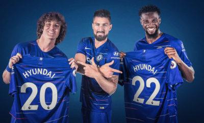 """Η Hyundai Motor χορηγός του Chelsea Football Club • Η Hyundai Motor γίνεται Παγκόσμιος Συνεργάτης Αυτοκινήτου της ομάδας που έχει κατακτήσει 5 φορές το πρωτάθλημα της Premier League • Το λογότυπο της Hyundai θα εμφανίζεται στο μανίκι των εμφανίσεων της Chelsea σε εγχώριες διοργανώσεις από την επόμενη σεζόν Η Hyundai Motor ανακοίνωσε πολυετή συνεργασία με το Chelsea Football Club, όπου το λογότυπο της μάρκας Hyundai θα κοσμεί το μανίκι της νέας εμφάνισης από την επόμενη σεζόν μέχρι το 2022 ως Παγκόσμιος Συνεργάτης Αυτοκινήτου. Η συμφωνία με την Chelsea αποτελεί την πρώτη φορά που η Hyundai εισέρχεται στην ποδοσφαιρική αγορά του Ηνωμένου Βασιλείου. Η νέα εταιρική σχέση επεκτείνει τη μακροχρόνια παρουσία της Hyundai στο ποδόσφαιρο, έχοντας συνεχή συμμετοχή σε εθνικές και διεθνείς διοργανώσεις τα τελευταία 20 χρόνια. Η ανακοίνωση συνοδεύεται από ένα νέο βίντεο με τους αστέρες της Chelsea Olivier Giroud, David Luiz και Tiémoué Bakayoko. Η διασκεδαστική ταινία μικρού μήκους καταγράφει τους «Blues» να παρευρίσκονται σε μια φωτογράφηση διαφορετική από ό, τι έχουν βιώσει έως τώρα καθώς μια ομάδα φιλάθλων της Chelsea βρίσκεται στο επίκεντρο και αναλαμβάνει τους ρόλους που συνήθως συνδέονταν με τους ήρωες του συλλόγου. Κατά τη διάρκεια της χορηγικής σχέσης, η Hyundai θα συνεργαστεί στενά με την Chelsea για να αναπτύξει μια σειρά πρωτοβουλιών και πλεονεκτημάτων για τους φιλάθλους του συλλόγου, στο πλαίσιο της φιλοδοξίας της να διευκολύνει τις μετακινήσεις και να κάνει το ποδόσφαιρο πιο προσιτό στους φιλάθλους. Ο κ. Andreas-Christoph Hofmann, Vice President Marketing & Product της Hyundai Motor δήλωσε: """"20 χρόνια τώρα, η Hyundai φέρνει τον δυναμισμό, το πάθος και τον ενθουσιασμό του ποδοσφαίρου στους φιλάθλους σε όλο τον κόσμο. Είμαστε ενθουσιασμένοι που ξεκινάμε μια νέα συνεργασία με την Chelsea - έναν επιτυχημένο και φιλόδοξο σύλλογο που ταιριάζει με την παγκόσμια κλίμακα και το πνεύμα των προκλήσεων που διακατέχει την Hyundai. Στόχος μας είναι πάντα να τοποθετούμε τον πελάτη """