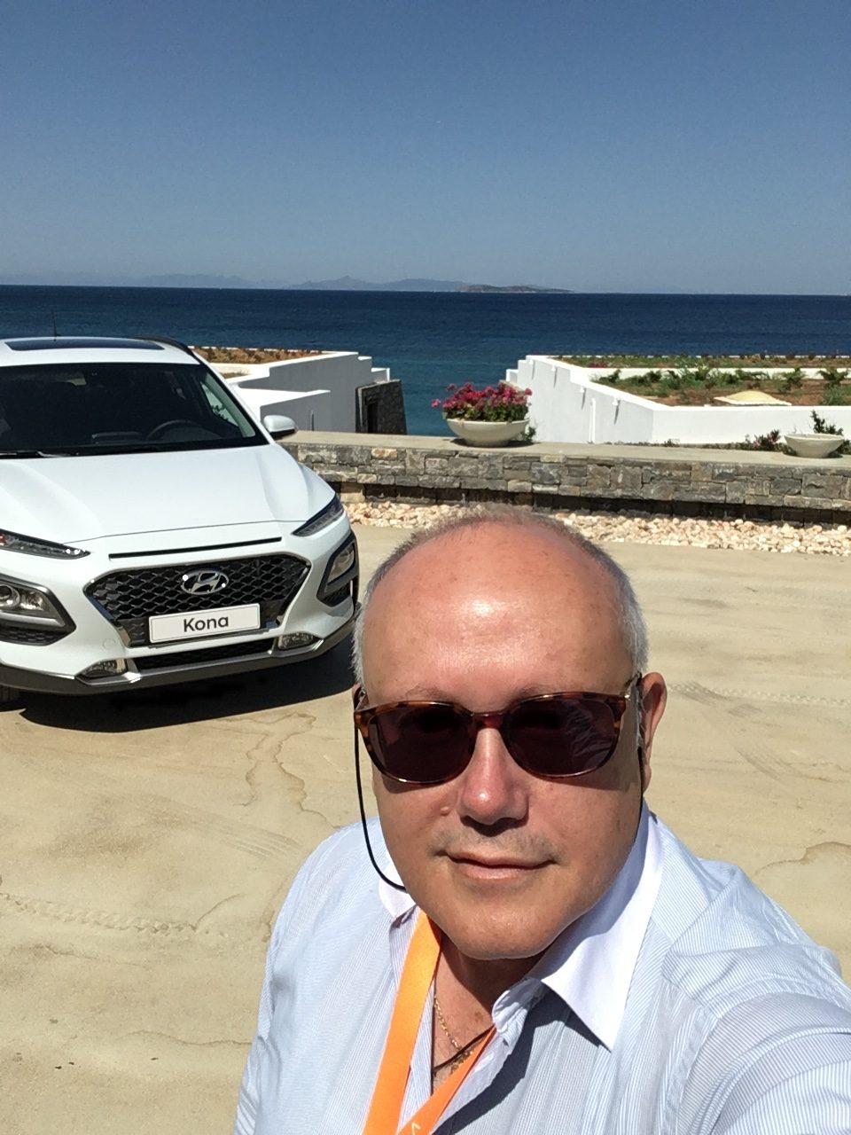 • Το Νέο Hyundai Kona συνδυάζει την αξιοπιστία και την κληρονομιά των SUVs της Hyundai Motor με μια εξαιρετικά μοντέρνα σχεδίαση αποτελώντας ένα σημαντικό βήμα προς τον στόχο της Hyundai να καταστεί η Νο1 ασιατική μάρκα αυτοκινήτων στην Ευρώπη έως το 2021. • Το Νέο Hyundai Kona προσφέρει μια εντελώς νέα συμπαγή πλατφόρμα SUV και μία κομψή, μυώδη σχεδίαση με διπλούς προβολείς LED, διχρωμία αμαξώματος-οροφής και επιλογή από δέκα έντονα εξωτερικά χρώματα, που προσφέρουν 28 διαφορετικούς συνδυασμούς για κάθε διαφορετικό ύφος. • Οι χρωματιστές ραφές στα καθίσματα και το τιμόνι, καθώς και οι φωτεινές ενδείξεις γύρω από τους αεραγωγούς διαφοροποιούν αισθητά το εσωτερικό του Νέου Kona. Το Νέο Kona είναι το μοναδικό αυτοκίνητο της κατηγορίας, όπου το χρώμα του εσωτερικού τόνου συνδυάζεται χρωματικά με τις ζώνες ασφαλείας. • Το Νέο Kona είναι ένα πραγματικό SUV με τετρακίνηση, 7DCT αυτόματο κιβώτιο ταχυτήτων και τους τελευταίας τεχνολογίας κινητήριες της Hyundai: από τους σύγχρονους υπερ-τροφοδοτούμενους βενζινοκινητήρες 120 και 177 ίππων μέχρι την τεχνολογία Diesel νέας γενιάς. • Η νέα οθόνη αφής του μοντέλου προβάλλει οδηγικές πληροφορίες απευθείας στο οπτικό πεδίο του οδηγού και παράλληλα με head-up display σε ειδική διάφανη επιφάνεια που ανασηκώνεται πίσω από το κάλυμμα του πίνακα οργάνων, μόλις ενεργοποιηθεί ο κινητήρας. Η κορυφαία φωτεινότητά της που φθάνει τα 10.000 cd / m2 και το μέγεθος των 8-ιντσών δεν επιτρέπουν μόνο την αβίαστη ορατότητα κατά τη διάρκεια της ημέρας, αλλά και την ταχύτερη επεξεργασία των πληροφοριών, διατηρώντας παράλληλα προσηλωμένη την προσοχή του οδηγού στο δρόμο. • Ένα ακόμη τεχνολογικά προηγμένο χαρακτηριστικό της Hyundai, που συναντούμε για πρώτη φορά στο Νέο Kona είναι το σύστημα πολυμέσων Display Audio, όπου οι επιβάτες έχουν τη δυνατότητα να παρακολουθούν το περιεχόμενο του smartphone τους στην οθόνη 7-ιντσών του συστήματος μέσω του Apple CarPlay και του Android Auto. Η λειτουργία αυτή επιτρέπει στους επιβάτες να χρησιμοποιήσουν τις ενσωμα