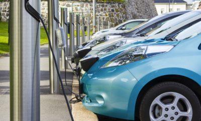 Το κόστος χρήσης ηλεκτροκίνητων αυτοκινήτων γίνεται πλέον ανταγωνιστικό • H LeasePlan δημοσίευσε τον ετήσιο Δείκτη Κόστους Χρήσης Αυτοκινήτου (Car Cost Index), σύμφωνα με τον οποίο, τα ηλεκτρικά οχήματα (EVs) θεωρούνται πλέον ανταγωνιστικά σε πολλές ευρωπαϊκές χώρες. • Στην Νορβηγία τα ηλεκτροκίνητα αυτοκίνητα είναι φθηνότερα από τα αυτοκίνητα με συμβατικούς κινητήρες, ενώ στο Βέλγιο και το Ηνωμένο Βασίλειο, το χάσμα στο συνολικό κόστος χρήσης μειώνεται εντυπωσιακά. Ο Δείκτης Car Cost της LeasePlan αποτελεί μια εκτενή ανάλυση που εξετάζει το κόστος χρήσης οχημάτων, στη μικρή και τη μεσαία κατηγορία, σε 21 ευρωπαϊκές χώρες. Συγκρίνει το κόστος όλων των εξόδων που επιβαρύνουν τους οδηγούς σε κάθε χώρα -όπως έξοδα καυσίμων, φόροι, ασφάλιση και συντήρηση. Δείτε εδώ ένα συνοπτικό videogrpahic με τα ευρήματα του Δείκτη. «Τα ευχάριστα νέα είναι ότι τα ηλεκτρικά οχήματα αποτελούν σήμερα μια οικονομικά ανταγωνιστική επιλογή για τους οδηγούς σε πολλές ευρωπαϊκές χώρες. Αυτό όμως δεν συμβαίνει παντού, και η Ελλάδα είναι μεταξύ των χωρών που πρέπει να μειώσουν αυτό το χάσμα. Ο Δείκτης Car Cost της LeasePlan αποκαλύπτει, μεταξύ άλλων, ότι οι αρμόδιοι για τη χάραξη πολιτικής κάθε χώρας θα πρέπει να κινηθούν δραστικά σε βασικά ζητήματα -όπως η φορολογία των οχημάτων και οι υποδομές για φόρτιση- ώστε τα ηλεκτρικά οχήματα να αποτελούν μια βιώσιμη εναλλακτική λύση μετακίνησης σε όλη την Ευρώπη. Η αρχή γι' αυτή την αλλαγή πρέπει να γίνει άμεσα. Τα ηλεκτρικά οχήματα είναι ένας από τους καλύτερους τρόπους καταπολέμησης της κλιματικής αλλαγής και όλοι θα πρέπει να έχουν τη δυνατότητα να υιοθετήσουν λύσεις που συμβάλουν στην βιωσιμότητα», δήλωσε σχετικά ο κ. Κωνσταντίνος Πετρούτσος, Αναπληρωτής Διευθύνων Σύμβουλος και Οικονομικός Διευθυντής της LeasePlan Hellas. Μερικά από τα σημαντικότερα στοιχεία της έρευνας παρακάτω: • Οι οδηγοί ηλεκτρικών αυτοκινήτων κάνουν μεγάλη εξοικονόμηση καυσίμων. Ξοδεύουν €39 μηνιαίως για την ηλεκτρική ενέργεια -κατά μέσο όρο- έναντι €110 το μήνα για βενζίνη κα