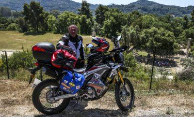 """«Δρόμος Ειρήνης 2018», από την Αρχαία Ολυμπία στη Χιροσίμα με Honda CRF250 Rally Ο δημοσιογράφος-φωτογράφος Κωνσταντίνος Μητσάκης οδηγώντας μία Honda CRF250 Rally, χορηγία της εταιρείας Αδελφοί Σαρακάκη Α.Ε.Β.Μ.Ε.- Επίσημος Εισαγωγέας- Διανομέας της Honda moto στην Ελλάδα, βρίσκεται αντιμέτωπος με τη νέα ταξιδιωτική πρόκληση «Δρόμος Ειρήνης 2018» / Αρχαία Ολυμπία - Χιροσίμα. Πρόκειται για ένα διηπειρωτικό οδοιπορικό από την Ελλάδα στην Ιαπωνία, στο οποίο ο Έλληνας αναβάτης έχει επιφορτιστεί να μεταφέρει και να παραδώσει συμβολικά δώρα από τον Δήμαρχο της Αρχαίας Ολυμπίας κ. Ευθύμη Κοτζά στον Δήμαρχο της Χιροσίμα, στα πλαίσια των εκδηλώσεων μνήμης για τη συμπλήρωση των 73 χρόνων από τη ρίψη της ατομικής βόμβας στη Χιροσίμα (6 Αυγούστου 1945). Με αφετηρία το χώρο του Δημαρχιακού Μεγάρου της Αρχαίας Ολυμπίας και με την παρουσία των Δημοτικών Αρχών της πόλης, ο Κωνσταντίνος Μητσάκης ξεκίνησε στις 11 Ιουνίου 2018 την διαδρομή του προς τη """"Χώρα του Ανατέλλοντος Ηλίου"""", μεταφέροντας στις αποσκευές της μοτοσυκλέτας του δώρα Ειρήνης και Φιλίας, καθώς επίσης και ένα μήνυμα Αλληλεγγύης του Δημάρχου της Αρχαίας Ολυμπίας. Η κίνηση αυτή αποτελεί μία συμβολική κίνηση, η οποία αποδεικνύει περίτρανα πως η Ελλάδα, κοιτίδα του Ευρωπαϊκού πολιτισμού, ασπάζεται τα Ολυμπιακά ιδεώδη της Ειρήνης και της Φιλίας, που αποτελούν και την συνεκτική δύναμη των λαών της υφηλίου. Είναι γνωστό ότι η Αρχαία Ολυμπία διατηρεί τις τελευταίες δεκαετίες παραδοσιακά φιλικές σχέσεις με την Ιαπωνία. Ο τόπος γέννησης των Ολυμπιακών Αγώνων τελεί αδελφοποιημένη πόλη με την ιαπωνική πόλη Ιναζάβα, ενώ στον προαύλιο χώρο του Δημαρχείου της Αρχαίας Ολυμπίας βρίσκεται το μνημείο του αείμνηστου Ιάπωνα φιλέλληνα πανεπιστημιακού καθηγητή Κεΐζι Κοκούμπου, όπου φυλάσσεται η τέφρα του. Το συναρπαστικό ταξίδι του Κωνσταντίνου Μητσάκη θα ολοκληρωθεί στις αρχές Αυγούστου με την παράδοση των συμβολικών δώρων στον Δήμαρχο της Χιροσίμα. Κατά την διάρκεια του οδοιπορικού θα διασχίσει οκτώ χώρες (Ελλάδα, Βουλγαρία, Ρουμανία, Μολδ"""