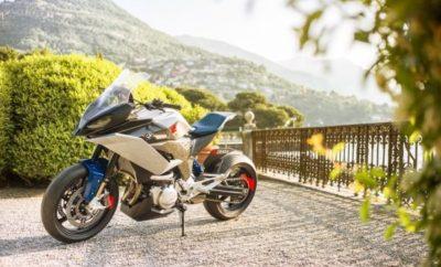 Στο φετινό Concorso d'Eleganza Villa d'Este, το BMW Group έδωσε μία πρώτη γεύση από ένα συναρπαστικό νέο μοντέλο κατηγορίας Adventure Sport: Το πρωτότυπο BMW Motorrad Concept 9cento (προφέρεται 'Νοβετσέντο') συνδυάζει συναίσθημα και επιδόσεις με περιπετειώδες πνεύμα, ευελιξία και διασκεδαστική οδήγηση, ενσαρκώνοντας την ιδανική μοτοσικλέτα sports touring. Με προδιαγραφές για ταξίδι στον αυτοκινητόδρομο, σε Αλπικά περάσματα, σε στενά δρομάκια μέσα από απομονωμένα χωριά ή απλά για χαλαρή μια βόλτα στο café της πλατείας – το BMW Motorrad Concept 9cento είναι η τέλεια επιλογή για κάθε είδους διαδρομή, κοντινή ή μακρινή. Το BMW Motorrad Concept 9cento αποτυπώνει μία έξυπνη φιλοσοφία για το μέλλον. «Στην εποχή μας, δεν χρειάζεται να επιδιώκουμε πάντα το 'τολμηρότερο, το μεγαλύτερο, το εντυπωσιακότερο: αυτή η φιλοσοφία μοτοσικλέτας στοχεύει στην επίτευξη μιας αίσθησης ισορροπίας», σχολιάζει ο Edgar Heinrich, επικεφαλής του τμήματος Design της BMW Motorrad. «Δημιουργήσαμε μία μοτοσικλέτα που συνδυάζει τη σωστή ιπποδύναμη με αξιόπιστα χαρακτηριστικά sports touring, και κυρίως διασκεδαστικό χαρακτήρα, ώστε να είναι ένα ελκυστικό συνολικό πακέτο. 'Παντρεύει' τα καλύτερα συστατικά των κατηγοριών sports, adventure και touring και μέσα από αυτό το μίγμα δημιουργείται μία συναρπαστική φιλοσοφία – σε επίπεδο ποιότητας πρωτοφανές για μοντέλο της BMW. Το BMW Motorrad Concept 9cento είναι η δική μας εκδοχή ενός σύγχρονου all-rounder της μεσαίας κατηγορίας», εξηγεί ο Heinrich, και προσθέτει: «Λειτουργικά χαρακτηριστικά όπως η ικανότητα touring, οι αποθηκευτικοί χώροι και η προστασία από τον αέρα και τις καιρικές συνθήκες είναι πρωταρχικής σημασίας για τους περισσότερους αναβάτες αλλά σπάνια λαμβάνονται υπόψη στο σχεδιασμό ενός πρωτοτύπου. Στη φετινή πρωτότυπη μοτοσικλέτα δείχνουμε ότι όλα αυτά τα πρακτικά στοιχεία μπορούν να συνδυαστούν με μία δυναμική σχεδίαση για ένα πραγματικά συναρπαστικό και άκρως συναισθηματικό αποτέλεσμα». Χαρακτηριστικά που υποδηλώνουν ευελιξία και φιλοσοφία ελ