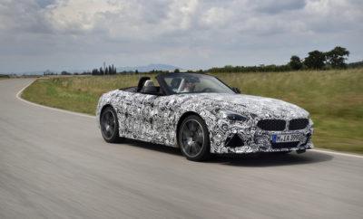 Μακρύ καπό, κοντοί πρόβολοι, χαμηλό κέντρο βάρους, μαλακή οροφή: το σπορ διθέσιο που πραγματοποιεί γύρους στο κέντρο δοκιμών της BMW στο Miramas στη Νότια Γαλλία αναγνωρίζεται άμεσα ως ένα καθαρόαιμο roadster. Η νέα BMW Z4 περνά από ένα ακόμα ιδιαίτερα σημαντικό στάδιο της διαδικασίας εξέλιξης, καθώς ωριμάζει στο δρόμο για τη μαζική παραγωγή: συγκεκριμένα ένα πλήρως καμουφλαρισμένο πρωτότυπο δοκιμάζεται στον τομέα της δυναμικής συμπεριφοράς. Από τη δοκιμή θα προκύψουν σημαντικά ευρήματα για τα χαρακτηριστικά επιδόσεων του νέου μοντέλου, το οποίο σύντομα θα κυκλοφορήσει στο δρόμο με αυθεντικό roadster χαρακτήρα, γνήσια οδηγική απόλαυση και έντονη σπορ γοητεία. Οι δοκιμές στο Autodrome de Miramas επικεντρώνονται στο σετάρισμα όλων των συστημάτων κίνησης και ανάρτησης - τη βάση της σπορ οδηγικής εμπειρίας που προσφέρει η νέα BMW Z4. Η BMW Z4 M40i ενσαρκώνει την υπέρτατη μορφή επιδόσεων του νέου, δυναμικού roadster. Ένας νέος, πανίσχυρος, εν σειρά εξακύλινδρος κινητήρας, χαμηλωμένη σπορ ανάρτηση με ηλεκτρονικά ελεγχόμενους αποσβεστήρες, νέο εμπρός άξονα, ζάντες αλουμινίου Μ με ελαστικά διαφορετικών διαστάσεων εμπρός / πίσω, σπορ σύστημα φρένων Μ και ηλεκτρονικά ελεγχόμενο, μπλοκέ πίσω διαφορικό συνθέτουν ένα συνολικό πακέτο με το οποίο το μοντέλο της BMW M Performance εγκαινιάζει νέα πρότυπα οδηγικής απόλαυσης στην κατηγορία roadster. «Η αυτοκινητιστική φιλοσοφία της νέας BMW Z4 είναι προσαρμοσμένη με γνώμονα την ευελιξία και τη δυναμική συμπεριφορά», εξηγεί ο Jos van As, Επικεφαλής του τομέα Application Suspension. «Το υψηλό επίπεδο ακαμψίας του αμαξώματος και η πολύ άκαμπτη έδραση της ανάρτησης συνθέτουν την τέλεια βάση για ένα σετάρισμα που εγγυάται τα χαρακτηριστικά επιδόσεων ενός γνήσιου σπορ αυτοκινήτου ως προς την ακρίβεια διεύθυνσης και την διαμήκη και εγκάρσια επιτάχυνση». Όπως το Nürburgring-Nordschleife, το κέντρο δοκιμών του Miramas προσφέρει ιδανικές συνθήκες για να αναδειχτούν οι δυνατότητες δυναμικών επιδόσεων της νέας BMW Z4. Το κέντρο που χρησιμοποιεί η