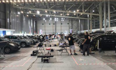 """""""Fixing Time - Anytime Event"""", μια μοναδική εμπειρία για τους πελάτες της Anytime Προσελκύοντας το ζωηρό ενδιαφέρον του κόσμου του αυτοκινήτου, πραγματοποιήθηκε το """"Fixing Time - Anytime Event"""" στις 9 Ιουνίου, στις εγκαταστάσεις του Ολυμπιακού Κέντρου Ξιφασκίας στον χώρο του πρώην αεροδρομίου, στο Ελληνικό. Ήταν μια ιδιαίτερη εκδήλωση, πρωτόγνωρη για τα δεδομένα της ελληνικής ασφαλιστικής αγοράς, που οργάνωσε η Anytime, η πρώτη direct ασφάλιση από την INTERAMERICAN, σε συνεργασία με την AutoKing, την πρώτη και μοναδική εταιρεία με εξειδίκευση στην αισθητική αναβάθμιση αυτοκινήτου, με έδρα την Ολλανδία και δραστηριότητες σε Ελλάδα, Τουρκία, Ρωσία και Κύπρο. Η εκδήλωση είχε την υποστήριξη της PPG Industries, που δραστηριοποιείται στην πώληση χρωμάτων επαναβαφής, βιομηχανικών χρωμάτων προστασίας και γυαλιών (fiberglass, flatglass). Στο πλαίσιο της εκδήλωσης, περισσότεροι από 500 πελάτες της Anytime έλαβαν πρόσκληση για να επισκευάσουν δωρεάν τις μικροζημιές των οχημάτων τους. Στον ειδικά διαμορφωμένο χώρο - συνεργείο ταυτόχρονης εξυπηρέτησης 40 θέσεων, τεχνικοί παρελάμβαναν τα οχήματα, επισκευάζοντας με τα πιο σύγχρονα μέσα ζημιές όπως γρατζουνιές, βαθουλώματα και θαμπωμένα φανάρια, βάφοντας τοπικά και παραδίδοντάς τα επί τόπου. Συνολικά, επισκευάστηκαν 400 οχήματα με μέσο χρόνο επισκευής 45 λεπτά. Τα υπόλοιπα οχήματα πρόκειται να επισκευαστούν, σε δεύτερο χρόνο, δωρεάν στις εγκαταστάσεις της AutoKing. Η εκδήλωση υποστηρίχθηκε, κατά τον χρόνο αναμονής των επισκεπτών στον περιβάλλοντα χώρο του συνεργείου, από μουσικές επιλογές δημοφιλών ραδιοφωνικών παραγωγών και απευθείας σύνδεση με γνωστή ραδιοφωνική εκπομπή, ενώ είχε οργανωθεί αναψυκτήριο φιλοξενίας και παιδότοπος για τη διασκέδαση των μικρών φίλων. Η Anytime, στο πλαίσιο της ευρύτερης στρατηγικής της INTERAMERICAN, στοχεύει στη δημιουργία μιας νέας, μοναδικής εμπειρίας για τον πελάτη, που συνδέεται με την παροχή περιφερειακών υπηρεσιών και τη σύνθεση ενός οικοσυστήματος γύρω από την ασφάλιση. Σκοπός είναι η εταιρεία"""