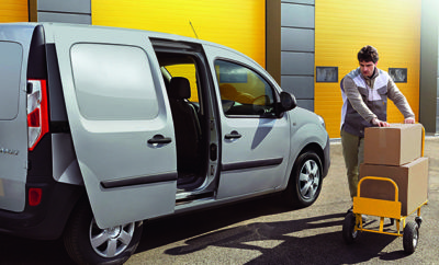 Αποτελεί διαχρονικά ένα από τα δημοφιλέστερα ελαφρά επαγγελματικά στην Ευρώπη και η συνταγή της επιτυχίας για το Renault KANGOO είναι απλή: Κορυφαία απόδοση και λύσεις διαμορφωμένες στα μέτρα του κάθε επαγγελματία. Έχοντας διατηρηθεί επί σειρά ετών στην 1η θέση των πωλήσεων ελαφρών επαγγελματικών οχημάτων στην Ευρώπη, η Renault στήριξε την επιτυχία της στην ικανότητα της να ακούει τις ανάγκες του επαγγελματία και να δημιουργεί λύσεις που δίνουν απαντήσεις σε κάθε απαίτηση. Το Renault KANGOO αποτελεί άριστο παράδειγμα αυτής της φιλοσοφίας, αποτελώντας μια εξαιρετικά αποδοτική πλατφόρμα πάνω στην οποία ο επαγγελματίας μπορεί να «στήσει» το ιδανικό του όχημα. Οι επιλογές του επαγγελματία για την απόκτηση του Renault KANGOO δεν περιορίζονται μόνο στα χαρακτηριστικά του οχήματος, αλλά και στον τρόπο απόκτησης, δημιουργώντας περισσότερες από 50 πιθανές παραλλαγές, χωρίς να υπολογίσει κανείς και τις πολλαπλές δυνατότητες μετασκευών. Οι βασικότερες επιλογές, σε προϊοντικό επίπεδο, περιλαμβάνουν: • Επιλογή μεταξονίου – κοντό (Express) ή μακρύ (MAXI) • Επιλογή ωφέλιμου όγκου φόρτωσης από 3,0m3 μέχρι 4,6m3 • Επιλογή μήκους φόρτωσης από 1,73m μέχρι 2,88m • Επιλογή ανάμεσα σε δύο κινητήρες dCi με ιπποδύναμη 90hp ή 110hp • Επιλογή διαχωριστικού (χωρίς χρέωση). Αναδιπλούμενο (ιδανικό για αντικείμενα μεγάλου μήκους) ή κλειστού τύπου (ιδανικό για επαγγέλματα υγειονομικού ενδιαφέροντος) • Επιλογή ανάμεσα σε μονό κάθισμα συνοδηγού (αναδιπλούμενο) ή διπλό (νόμιμα αναγραφόμενοι στην άδεια 3 επιβάτες) • Επιλογή μίας συρόμενες πλαϊνής πόρτας ή δύο (δεξιά και αριστερά) • Επιλογή από μία ευρεία γκάμα μετασκευών Αλλά και σε επίπεδο απόκτησης: • Επιλογή απόκτησης με άτοκο διακανονισμό • Επιλογή 5ετους εργοστασιακής εγγύησης και οδικής βοήθειας ή επιπλέον χρηματικής έκπτωσης Όλα τα παραπάνω, εξασφαλίζουν ότι κάθε επαγγελματίας μπορεί να αποκτήσει το Renault KANGOO (από 13.800 πλέον Φ.Π.Α.), όπως ακριβώς το θέλει, σύμφωνα με τις ανάγκες του.