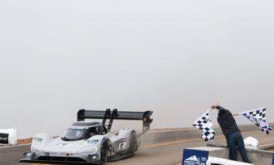 Η Volkswagen έγραψε ιστορία με το I.D. R Pikes Peak – ρεκόρ όλων των εποχών • Η Volkswagen κατέρριψε το ρεκόρ ανάβασης στον περίφημο αγώνα του Pikes Peak, με το I.D. R Pikes Peak, σπάζοντας το φράγμα των 8 λεπτών • Τα 7΄ 57΄΄ 148 εκατοστά που σημείωσε το ηλεκτρικό πρωτότυπο της Volkswagen είναι ο καλύτερος χρόνος όλων των εποχών στη διάσημη ανάβαση • Ο Γάλλος πιλότος Ρομαίν Ντυμά, στο τιμόνι του I.D. R Pikes Peak, κατέβασε το χρόνο που είχε σημειώσει ο Σεμπαστιάν Λέμπ το 2013, κατά 16 ολόκληρα δευτερόλεπτα • Το I.D. R Pikes Peak, κάνει εντυπωσιακή είσοδο ως το σπορ μέλος στην I.D., την αμιγώς ηλεκτρική νέα οικογένεια μοντέλων της Volkswagen, με τις δάφνες του νικητή Το απόγευμα της Κυριακής ήταν μία ιστορική μέρα όχι μόνο για τη Volkswagen, αλλά την αυτοκίνηση γενικότερα. Το I.D. R Pikes Peak, το αμιγώς ηλεκτροκίνητο αγωνιστικό αυτοκίνητο της Volkswagen, στα χέρια του Γάλλου πιλότου Ρομαίν Ντυμά (Romain Dumas), ανέβηκε τη διάσημη ανάβαση του Pikes Peak, στο βουνό του Κολοράντο, σε χρόνο ρεκόρ 7΄ 57΄΄ 148 εκατοστά. Το περίπου 680 ίππων πρωτότυπο, όχι μόνο βελτίωσε κατά 16 ολόκληρα δευτερόλεπτα το προηγούμενο ρεκόρ, του επίσης Γάλλου Σεμπαστιάν Λεμπ από το 2013, αλλά έδωσε μία σαφή εικόνα του μέλλοντος που έρχεται, αφήνοντας πίσω του πολλά ισχυρά πρωτότυπα με κινητήρα εσωτερικής καύσης. Παράλληλα, ο Ρομαίν Ντυμά έγινε μέλος ενός πολύ ιδιαίτερου club νικητών του διάσημου αγώνα, που περιλαμβάνει μερικά ονόματα-θρύλους του παγκόσμιου μηχανοκίνητου αθλητισμού, όπως ο Σεμπαστιάν Λεμπ, ο Βάλτερ Ρέρλ, η Μισέλ Μουτόν, ο Στιγκ Μπλόμκβιστ. Σχεδόν 20 χιλιόμετρα απόστασης, 156 απαιτητικές στροφές, υψομετρική διαφορά 2.900 μέτρων, μία και μόνη ευκαιρία. Το περίπου 1.100 κιλών – μαζί με τις μπαταρίες – πρωτότυπο, αποδείχθηκε το ιδανικό όχημα για την κατάρριψη του ρεκόρ. Καινοτόμα τεχνολογία αιχμής που χαρακτηρίζεται από υψηλή ισχύ, βέλτιστη κατανάλωση ενέργειας, ελαχιστοποιημένο βάρος και εξελιγμένη αεροδυναμική, με ένα και μόνο στόχο, να γράψει ιστορία. Στον υπεραιωνόβιο αγώνα, ο 