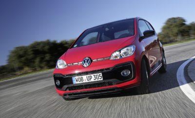 """«Κινητήρας της Χρονιάς» ο 1.0 TSI του up! GTI • O «χιλιάρης» τρικύλινδρος κινητήρας της Volkswagen κατακτά ένα από τα πλέον επίζηλα διεθνή βραβεία στην αυτοκινητοβιομηχανία • Το βραβείο """"International Engine of the Year"""" απονέμεται κάθε χρόνο από επιτροπή αποτελούμενη από κορυφαίους δημοσιογράφους απ' όλο τον κόσμο • Ο 1.0 TSI που «φοράει» το up! GTI επιτυγχάνει υψηλή ισχύ 115PS χάρη σε τεχνολογικές καινοτομίες όπως turbo τελευταίας γενιάς, υψηλή πίεση ψεκασμού καυσίμου (350bar) κλπ. • Παράλληλα πληροί τις πολύ αυστηρές προδιαγραφές Euro 6 (κατά WLTP και RDE), με χρήση τετραοδικού καταλύτη με φίλτρο κατακράτησης μικροσωματιδίων Ένα ακόμα σημαντικό διεθνές βραβείο για τη Volkswagen. Ο 1.0 TSI, ο τρικύλινδρος κινητήρας 999 κ.εκ. που εξοπλίζει το νέο up! GTI, αναδείχθηκε """"Διεθνής Κινητήρας της Χρονιάς για το 2018"""" (International Engine of the Year 2018). Πρόκειται για ένα από τα πλέον έγκυρα, υψηλού κύρους βραβεία σε παγκόσμιο επίπεδο, που απονέμεται σε ετήσια βάση από μία επιτροπή κορυφαίων δημοσιογράφων του ειδικού Τύπου. Για αυτή τη χρονιά, οι εκλέκτορες εξέτασαν υποψηφιότητες σε 12 διαφορετικές κατηγορίες. Ο «χιλιάρης» κινητήρας του up! GTI, του εισαγωγικού στον κόσμο των GTI μοντέλων με προτεινόμενη τιμή λιανικής από 15.620 €, κατέκτησε την πρώτη θέση στην κατηγορία έως 1.000 κ.εκ.. Εντυπωσίασε τόσο για τις επιδόσεις όσο και το χαμηλό περιβαλλοντικό του αποτύπωμα. Ο τρικύλινδρος TSI των 115 ίππων είναι ο πρώτος κινητήρας του είδους του με τετραοδικό καταλύτη ενώ διαθέτει και φίλτρο κυψελοειδούς δομής για κατακράτηση μικροσωματιδίων. Η εξελιγμένη σχεδίαση του τρικύλινδρου κινητήρα σε συνδυασμό με τη χρήση του νέου καταλύτη εξασφαλίζουν ένα εντυπωσιακό νούμερο ισχύος (115 PS) ενώ παράλληλα ικανοποιούνται οι αυστηρές απαιτήσεις Euro 6 (EU 6AG) εκπομπής ρύπων. Το αποτέλεσμα; Ένας προηγμένος, ισχυρός κινητήρας μόλις 1.000 κ.εκ. με πολύ «καθαρή» λειτουργία! Ο νέος – παρουσιάστηκε μόλις πριν δύο μήνες – κινητήρας διαθέτει turbo με ηλεκτρικά ελεγχόμενη βαλβίδα διαφυγής (w"""