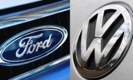 Η Volkswagen AG και η Ford Διερευνούν τις Προοπτικές Στρατηγικής Συνεργασίας με Σκοπό την Διεύρυνση των Δυνατοτήτων, την Ενίσχυση της Ανταγωνιστικότητας και την Καλύτερη Εξυπηρέτηση των Πελατών • Η Volkswagen AG και η Ford διερευνούν προοπτικές στρατηγικής συνεργασίας • Οι εταιρίες εξετάζουν αρκετά κοινά projects – όπως κοινή εξέλιξη μιας σειράς επαγγελματικών οχημάτων για την καλύτερη εξυπηρέτηση των αυξανόμενων αναγκών των πελατών σε όλο τον κόσμο • Πιθανά projects στοχεύουν στην ενίσχυση της ανταγωνιστικότητας κάθε εταιρίας με περισσότερες πληροφορίες να ανακοινώνονται με την πρόοδο των συνομιλιών • Η VW και η Ford δήλωσαν ότι μία ενδεχόμενη στρατηγική συνεργασία δεν θα εμπεριέχει αλλαγές μετοχικών κεφαλαίων και ανταλλαγές μετοχών WOLFSBURG, Γερμανία, και DEARBORN, Mich., ΗΠΑ, 20 Ιουνίου, 2018 - Η Volkswagen AG και η Ford Motor Company ανακοίνωσαν σήμερα την υπογραφή Μνημονίου Συνεργασίας (Memorandum of Understanding) και διερευνούν τη σύναψη στρατηγικής συνεργασίας, η οποία θα ενισχύει την ανταγωνιστικότητα κάθε εταιρίας και θα παρέχει καλύτερη εξυπηρέτηση στους πελάτες παγκοσμίως. Οι εταιρίες διερευνούν πιθανά projects σε αρκετούς τομείς – μεταξύ άλλων, την εξέλιξη μιας σειράς επαγγελματικών οχημάτων για την καλύτερη εξυπηρέτηση των συνεχώς αυξανόμενων αναγκών των πελατών. Η προτιθέμενη συνεργασία δεν θα εμπεριέχει αλλαγές μετοχικών κεφαλαίων και ανταλλαγές μετοχών. «Η Ford δεσμεύεται στη βελτίωση της επιχειρηματικής ευρωστίας και στην αξιοποίηση προσαρμοζόμενων επιχειρηματικών μοντέλων – που περιλαμβάνουν συνεργασία με εταίρους για τη βελτίωση της αποδοτικότητας και κερδοφορίας» δήλωσε ο Jim Farley, president of Global Markets της Ford. «Αυτή η πιθανή συμμαχία με το Volkswagen Group είναι ένα ακόμα παράδειγμα του τρόπου με τον οποίο μπορούμε να βελτιώσουμε την επιχειρηματική μας ευρωστία, δημιουργώντας μία επιτυχημένη, παγκόσμια προϊοντική γκάμα και επεκτείνοντας τις δυνατότητές μας. «Ανυπομονούμε να εξετάσουμε τις επόμενες ημέρες, μαζί με την ομάδα της Volksw