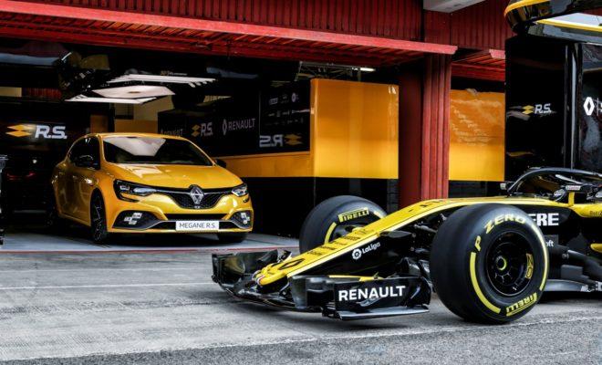 Το νέο MEGANE R.S. TROPHY Η Renault απογειώνει τη γκάμα του MEGANE με την ισχυρότερη έκδοση του μοντέλου R.S. TROPHY που αξιοποιεί την τελευταία λέξη της τεχνολογίας για να προσφέρει στους λάτρεις των επιδόσεων κορυφαία απόδοση και μοναδική οδηγική εμπειρία. Μια πορεία επιτυχιών ξεκινάει το 2005, όταν η Renault παρουσίασε το Megane R.S. Trophy 1ης γενιάς, ακριβώς 9 μήνες αφού ξεκίνησαν οι πωλήσεις του 1ου Megane με τα διακριτικά R.S. Οι αλλαγές τότε επικεντρώθηκαν στην ανάρτηση (που ονομαζόταν Sport2), με ελαφρύτερους τροχούς, πιο σφικτά ελατήρια, ειδικά σχεδιασμένα αμορτισέρ και ESP που μπορούσε να απενεργοποιηθεί. Το 2ο Megane R.S. Trophy παρουσιάστηκε 6 χρόνια μετά, βασισμένο στην 3η γενιά του γαλλικού best seller, και εφοδιαζόταν με την αναβαθμισμένη ανάρτηση της έκδοσης Cup, με ισχύ ανεβασμένη στους 265 ίππους (από τους 250 του απλού). Ήταν το μοντέλο που αναδείχτηκε ως το ταχύτερο προσθιοκίνητο της αγοράς, επιτυγχάνοντας χρόνο ρεκόρ 8:07:97 στο θρυλικό Nurburgring. Το 2014 κυκλοφόρησε η κορυφαία έκδοση Megane 275 Trophy με ακόμα μεγαλύτερη ισχύ. Σήμερα, η Renault Sport παρουσιάζει το Νέο MEGANE R.S. TROPHY χαρίζοντας τροφή για όνειρα τους απανταχού θιασώτες της ταχύτητας και των σπορ αυτοκινήτων. Το νέο, κορυφαίο μοντέλο εξοπλίζεται με την πιο αναβαθμισμένη έκδοση του κινητήρα 1.8 turbo με ιπποδύναμη που αγγίζει τους 300 ίππους και τα 420 Nm ροπής (με αυτόματο κιβώτιο EDC). Ένα επίτευγμα της εφαρμογής καινοτόμων τεχνολογιών προερχόμενων από την F1, στο σύστημα υπερτροφοδότησης και εξάτμισης. Ο κινητήρας μπορεί να συνδυαστεί με χειροκίνητο ή αυτόματο κιβώτιο διπλού συμπλέκτη με μοχλούς αλλαγής σχέσεων στο τιμόνι, αμφότερα 6 σχέσεων. Το Νέο MEGANE R.S. TROPHY ενσωματώνει την τελευταία λέξη της τεχνολογίας της Renault Sport, στην ανάρτηση και το στήσιμό του γενικότερα. Από το σύστημα ενεργής τετραδιεύθυνσης 4CONTROL, μέχρι τα 4 υδραυλικά compression bumps. Το νέο μοντέλο εφοδιάζεται στάνταρ με το Cup Chassis που ενσωματώνει πιο σφικτές ρυθμίσεις για την ανάρτηση 