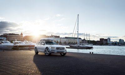 o πνεύμα του πιο συναρπαστικού ιστιοπλοϊκού αγώνα στο V90 Cross Country Volvo Ocean Race · Το Volvo Οcean Race 2017-2018 ανέδειξε την ευγενή άμιλλα και την περιβαλλοντική ευαισθησία · Το επετειακό V90 Cross Country Volvo Ocean Race ενσαρκώνει τέλεια το πνεύμα του αγώνα Το Volvo Οcean Race 2017-2018 είχε τον πιο συναρπαστικό τερματισμό στην 45ετή ιστορία του αγώνα. Αλλά κι έναν ευγενή στόχο: πιο καθαρό θαλάσσιο περιβάλλον. Πολλά από τα σκάφη που συμμετείχαν στη διοργάνωση ήταν εξοπλισμένα με αισθητήρες, στο πλαίσιο του προγράμματος Volvo Ocean Race Science, που έχει ως αντικείμενο τη δημιουργία πληρέστερης εικόνας για την έκταση της ρύπανσης που προκαλείται από τα πλαστικά και τις επιπτώσεις της στη ζωή των ωκεανών. Ο εμβληματικός ιστιοπλοϊκός αγώνας συνδυάστηκε με το λανσάρισμα μιας ξεχωριστής έκδοσης. Το V90 Cross Country Volvo Ocean Race εκφράζει ξεκάθαρα αξίες που διαπνέουν τον αγώνα, όσο και την ίδια τη Volvo: περιβαλλοντική ευαισθησία, περιπετειώδες πνεύμα, εξερεύνηση, δράση. Είναι χαρακτηριστικά που διαθέτει κατεξοχήν η οικογένεια Cross Country, με την οποία η Volvo δημιούργησε ουσιαστικά μια νέα κατηγορία αυτοκινήτων με ικανότητα κίνησης σε κάθε δρόμο και με «σκληροτράχηλο» look. Το V90 Cross Country, το κορυφαίο δείγμα αυτής της ξεχωριστής οικογένειας, επιλέχθηκε για να αποτελέσει τη βάση αυτής της επετειακής έκδοσης. Το V90 Cross Country Volvo Ocean Race εντυπωσιάζει με την εξωτερική του εμφάνιση, σε ειδικό αποκλειστικό χρώμα Crystal White Pearl με πορτοκαλί και γκρι ενθέσεις, ενώ στα αποκλειστικά χαρακτηριστικά του περιλαμβάνονται, μεταξύ άλλων, η αδιάβροχη επένδυση εσωτερικού, το αδιάβροχο δάπεδο του χώρου αποσκευών, heavy duty φακός LED στο χώρο αποσκευών και πατάκια από Econyl: πρόκειται για υλικό που παράγεται από την ανακύκλωση διχτυών ψαρέματος που περισυλλέγονται από τους ωκεανούς γιατί αποτελούν θανάσιμη παγίδα για τα ψάρια. Από τις πωλήσεις των πρώτων 3.000 V90 Cross Country Volvo Ocean Race που θα παραχθούν, η Volvo θα δωρίσει 300.000€ στο Volvo 