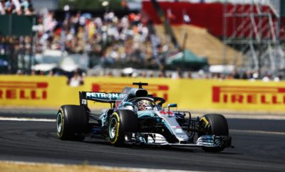 """Μετά από ένα χρόνο απουσίας το Hockenheim επιστρέφει στο ημερολόγιο της Formula 1 φιλοξενώντας το Γερμανικό Grand Prix. Μολονότι η σημερινή εκδοχή της πίστας δεν έχει καμία σχέση με την αρχική του 1930, όπου πήγαινες με τέρμα γκάζι, διατηρείται ένα κομμάτι του χαρακτήρα με τις μεγάλες ευθείες. Το νέο τμήμα, το 'Motodrom' είναι πιο τεχνικό, εκεί τα μονοθέσια αντιμετωπίζουν μια σειρά κλειστών στροφών μπροστά στις κατάμεστες κερκίδες. Η ΠΙΣΤΑ ΥΠΟ ΤΟ ΠΡΙΣΜΑ ΤΩΝ ΕΛΑΣΤΙΚΩΝ (*) Πρόσφυση ασφάλτου, κάθετη δύναμη, τραχύτητα ασφάλτου, καταπόνηση ελαστικών, πλευρικές δυνάμεις • Ένα ακόμη βήμα στην επιλογή ελαστικών με το συνδυασμό μέσης, μαλακής και πάρα πολύ μαλακή γόμας. Αυτός ο συνδυασμός χρησιμοποιήθηκε για τελευταία φορά στην Κίνα και συνέβαλε στη δημιουργία μιας συναρπαστικής στρατηγικής μάχης. • Το Hockenheim αποτελείται κυρίως από αργές στροφές που συνδέουν μεταξύ τους τις ευθείες. Κυρίαρχο ρόλο παίζει η ελκτική πρόσφυση και η σταθερότητα στο φρενάρισμα. Η προσεκτική διαχείριση των πίσω ελαστικών είναι σημαντική. • Η πιο απαιτητική για τα ελαστικά στροφή, είναι η «5» μια παρατεταμένη αριστερή. • Η επιφάνεια του οδοστρώματος είναι σχετικά λεία οπότε δεν περιμένουμε υψηλή φθορά ή θερμική καταπόνηση. Δεν είναι πολύ απλό να προσπεράσεις οπότε η στρατηγική των πιτ στοπ μπορεί να κάνει τη διαφορά. • Ο καιρός στη Γερμανία αυτή την εποχή είναι απρόβλεπτος, είναι πιθανό να έχουμε λιακάδα αλλά και βαριά βροχή. • Το 2016, όταν το Γερμανικό Grand Prix φιλοξενήθηκε για τελευταία φορά στο Hockenheim ο Lewis Hamilton κέρδισε τον αγώνα πραγματοποιώντας 3 αλλαγές, με τη μαλακή και την πολύ μαλακή γόμα. MARIO ISOLA – ΕΠΙΚΕΦΑΛΗΣ ΑΓΩΝΩΝ ΑΥΤΟΚΙΝΗΤΟΥ """"Η Γερμανία είναι εν μέρει ένα άγνωστο μέγεθος καθώς δεν έχει γίνει εκεί Grand Prix από το 2016. Στο ενδιάμεσο άλλαξαν πολλά στα μονοθέσια αλλά και στην γκάμα ελαστικών ενώ σε μεγάλο βαθμό το Hockenheimring παρέμεινε ίδιο. Ακόμη μια φορά αποφασίσαμε ν' αφήσουμε ένα κενό στη γκάμα ελαστικών που επιλέξαμε ώστε η διαφορά απόδοσης να είναι ίση ανάμε"""