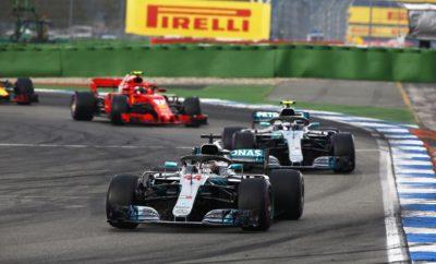 """Ο καιρός έπαιξε καθοριστικό ρόλο στο Γερμανικό Grand Prix. Η βροχή που έπεσε στο τελευταίο κομμάτι του αγώνα έκανε σχεδόν αδύνατη την πρόβλεψη κάποιας στρατηγικής. Παρά την ένταση της βροχής, ο οδηγός της Mercedes, Lewis Hamilton κατάφερε να κερδίσει ακολουθώντας στρατηγική μιας αλλαγής από μαλακή σε πάρα πολύ μαλακή γόμα, κινούμενος πολύ γρήγορα, μολονότι είχε σλικ ελαστικά. Η εμφάνιση του αυτοκινήτου ασφαλείας λίγο πριν το τέλος, επίσης επηρέασε τον αγώνα. Ο Hamilton ήταν ο μόνος από τους πρώτους έξι οδηγούς στην τελική κατάταξη, που σταμάτησε μια φορά. Το φινάλε είχε μεγάλη πίεση για τις ομάδες καθώς προσπαθούσαν να διαβάσουν τα επίπεδα πρόσφυσης που μεταβάλλονταν συνεχώς. Κάποιοι οδηγοί άλλαξαν από σλικ σε ενδιάμεσα ελαστικά ενώ ένας δοκίμασε τα βρόχινα. Το σπριντ των τελευταίων δέκα γύρων μετά την αποχώρηση του αυτοκινήτου ασφαλείας βρήκε τους πρωτοπόρους με την πάρα πολύ μαλακή γόμα σε μια πίστα που στέγνωνε. MARIO ISOLA - ΕΠΙΚΕΦΑΛΗΣ ΑΓΩΝΩΝ ΑΥΤΟΚΙΝΗΤΟΥ """"Οι καιρικές συνθήκες οδήγησαν σ' έναν εξαιρετικά δραματικό και απρόβλεπτο αγώνα. Οι ομάδες έπρεπε ν' αντιδράσουν στο πόδι, στις συνεχώς μεταβαλλόμενες συνθήκες, καθώς μόνο ένα από τα τρία τμήματα της πίστας επηρεάστηκε από την βροχή. Τα υπόλοιπα δυο τμήματα παρέμειναν στεγνά. Αυτό προφανώς δημιούργησε μια πολύ μεγάλη πρόκληση καθώς για το τελευταίο μέρος του αγώνα είχε επιλεγεί η πάρα πολύ μαλακή γόμα. Αυτή η γόμα αποδίδει καλά σ' αυτές τις μεικτές συνθήκες. Είδαμε 6 διαφορετικές στρατηγικές ανάμεσα σε όσους τερμάτισαν στην τελική δεκάδα. Αυτό αποδεικνύει την δυσκολία να επιλέξεις τη σωστή τακτική σ' αυτές τις πολύ δύσκολες συνθήκες. Σημειώστε ότι παρά τη βροχ,ή μόνο τέσσερις από τους πρώτους δέκα, έβαλαν ενδιάμεσα ελαστικά."""" ΚΑΛΥΤΕΡΟΣ ΧΡΟΝΟΣ ΑΝΑ ΓΟΜΑ Ricciardo 1m18.262s Bottas 1m16.956s Hamilton 1m15.545s Alonso 1m27.445s Gasly 1m34.544s Magnussen 1m18.476s Verstappen 1m17.057s Bottas 1m15.721s Sainz 1m29.321s - Hartley 1m18.563s Raikkonen 1m17.152s Verstappen 1m15.852s Leclerc 1m30.735s - ΜΕΓΑΛΥΤΕΡΗ ΑΠΟΣΤΑΣΗ """