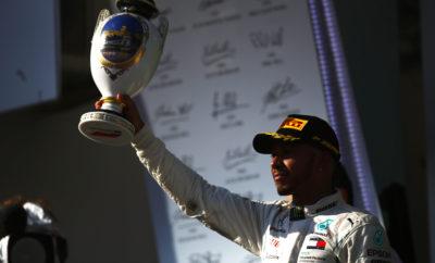 """Ο οδηγός της Mercedes, Lewis Hamilton κέρδισε το Ουγγρικό Grand Prix εκκινώντας από την πρώτη θέση με στρατηγική μιας αλλαγής, από πάρα πολύ μαλακή σε μαλακή γόμα. Ο οδηγός της Ferrari, Sebastian Vettel, ακολούθησε εναλλακτική στρατηγική μαλακής/πάρα πολύ μαλακής γόμας και τερμάτισε 2ος παρότι εκκινούσε από την 4η θέση. Παρόμοια στρατηγική υιοθέτησε και ο οδηγός της Red Bull, Daniel Ricciardo και κατάφερε ενώ εκκινούσε από την 12η θέση να αναρριχηθεί μέχρι την 4η θέση στον τερματισμό. Ο έτερος οδηγός της Ferrari, Kimi Raikkonen έκανε δυο αλλαγές ελαστικών και ανέβηκε στο βάθρο. Η θερμοκρασία οδοστρώματος ήταν πολύ ψηλή στη διάρκεια του Grand Prix. Μάλιστα πριν την εκκίνηση έφτασε στους 60 βαθμούς Κελσίου. Όλες οι ομάδες εκτός της Haas μένουν στην Ουγγαρία για το δεύτερο τεστ εντός της σεζόν, Τρίτη 31/7 και Τετάρτη 1/8. Η Toro Rosso θα διαθέσει στη Pirelli ένα δεύτερο μονοθέσιο, αυτές τις μέρες, για δοκιμές σε πρωτότυπα ελαστικά του 2019. MARIO ISOLA - ΕΠΙΚΕΦΑΛΗΣ ΑΓΩΝΩΝ ΑΥΤΟΚΙΝΗΤΟΥ """"Καθώς οι κατατακτήριες δοκιμές διεξήχθησαν υπό βροχή οι ομάδες ήταν ελεύθερες να επιλέξουν τύπο ελαστικού για την εκκίνηση. Αυτό οδήγησε κάποιες να μοιράσουν τις στρατηγικές. Ειδικότερα ο Vettel έκανε διαφορετική επιλογή από τους κύριους ανταγωνιστές του. Αυτό του επέτρεψε να κερδίσει θέσεις, το ίδιο συνέβη και στο Ricciardo. Τα δεδομένα που είχαν συλλέξει από την Παρασκευή οι ομάδες ήταν αξιόπιστα για να χαράξουν τη στρατηγική τους καθώς μετά τη βροχή η πίστα είχε παρόμοια χαρακτηριστικά με τα αρχικά. Ως συνήθως είδαμε μερικές διαφορετικές τακτικές ανάμεσα στους ομάδες. Χρησιμοποιήθηκαν και οι τρεις γόμες ενώ η θερμοκρασία οδοστρώματος έφτασε στις υψηλότερες τιμές που έχουμε δει ποτέ"""". ΚΑΛΥΤΕΡΟΣ ΧΡΟΝΟΣ ΑΝΑ ΓΟΜΑ Alonso 1m22.090s Raikkonen 1m20.292s Ricciardo 1m20.012s Hartley 1m22.612s Hamilton 1m21.107s Vettel 1m20.056s Sainz 1m22.774s Magnussen 1m21.302s Hulkenberg 1m21.261s ΜΕΓΑΛΥΤΕΡΗ ΑΠΟΣΤΑΣΗ ΣΤΟΝ ΑΓΩΝΑ ΓΟΜΑ ΟΔΗΓΟΣ ΓΥΡΟΙ ΠΑΡΑ ΠΟΛΥ ΜΑΛΑΚΗ Gasly 32 ΜΑΛΑΚΗ Bottas 55 MEΣΗ Ericsson 62 ΜΕΤΡ"""