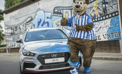 """Η Hyundai υπέγραψε πολυετή συμφωνία με τη Hertha BSC • Η Hyundai Motor Παγκόσμιος Συνεργάτης Αυτοκινήτου του συλλόγου της Bundesliga έως το 2021 • Το λογότυπο της Hyundai θα κοσμεί το μανίκι των εμφανίσεων της Hertha BSC σε αγώνες της Bundesliga από την επόμενη σεζόν Η Hyundai Motor ανακοίνωσε πολυετή συνεργασία με την Hertha BSC ως Παγκόσμιος Συνεργάτης Αυτοκινήτου. Από τη σεζόν 2018-2019 το λογότυπο της Hyundai θα κοσμεί το μανίκι της εμφάνισης της ομάδας σε όλους τους αγώνες της Bundesliga μέχρι το 2021. Βασιζόμενη στην ισχυρή σχέση της με τον χώρο του ποδοσφαίρου, είναι η πρώτη φορά που η Hyundai έχει δημιουργήσει μια τέτοια εταιρική σχέση με κορυφαίο γερμανικό ποδοσφαιρικό σύλλογο. Η Hertha BSC γίνεται ο τρίτος ευρωπαϊκός όμιλος κορυφαίων επιδόσεων, με τον οποίο η Ηyundai ανακοίνωσε συνεργασία αυτό το καλοκαίρι, ακολουθώντας την Chelsea FC της αγγλικής Premier League και την Club Atlético de Madrid της La Liga. Κατά τη διάρκεια της συμφωνίας, η Hyundai θα συνεργαστεί στενά με την Hertha BSC για να διευκολύνει τις μετακινήσεις και θα βρεθεί κοντά στους φιλάθλους του συλλόγου μέσω μιας σειράς πρωτοποριακών πρωτοβουλιών. Η Hyundai όχι μόνο θα είναι ορατή στη φανέλα της Hertha BSC, αλλά θα προβάλλεται και περιμετρικά στις LED οθόνες του γηπέδου στους εντός έδρας αγώνες του συλλόγου. Βάση της συμφωνίας θα διατεθεί ένας σημαντικός αριθμός αυτοκινήτων για να υποστηρίξει τις δραστηριότητες του συλλόγου παρουσιάζοντας τη γκάμα μοντέλων της Hyundai. Η ανακοίνωση αυτή επεκτείνει τη μακρόχρονη παρουσία της Hyundai στον χώρο του ποδοσφαίρου, έχοντας συνεχή συμμετοχή σε εθνικές και διεθνείς διοργανώσεις τα τελευταία 20 χρόνια. Ο κ. Andreas-Christoph Hofmann, Vice President Marketing & Product της Hyundai Motor Europe, δήλωσε: """"Η Hertha BSC είναι ένας πολύ επιτυχημένος σύλλογος με παθιασμένο fan club και προκλητικό πνεύμα που ταιριάζει πολύ με τη Hyundai. Η νέα συνεργασία μας θα μας επιτρέψει να αυξήσουμε την προβολή μας σε εκατομμύρια φιλάθλους στη Γερμανία αλλά και παγκοσμί"""