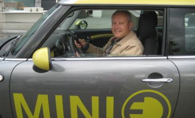 Η MINI αποκάλυψε τις πρώτες στιλιστικές λεπτομέρειες από το πρώτο, πλήρως ηλεκτρικό μοντέλο της πλούσιας σε παράδοση Βρετανικής μάρκας. Μετά το πιλοτικό project MINI E πριν από δέκα χρόνια ακριβώς και το MINI Cooper S E Countryman ALL4 plug-in hybrid που κυκλοφορεί στο δρόμο από το 2017, το MINI με ηλεκτροκινητήρα και μπαταρία αποτελεί το επόμενο στάδιο εξηλεκτρισμού της μάρκας, σύμφωνα με τη στρατηγική NUMBER ONE > NEXT του BMW Group. Τα πρώτα σκίτσα παρουσιάστηκαν στο πλαίσιο του Festival of Speed (FoS), που πραγματοποιείται 12 – 15 Ιουλίου στο Goodwood, Νότια Αγγλία. Το περίπτερο της MINI στο FoS προσφέρει στους επισκέπτες την ευκαιρία να γνωρίσουν από κοντά το MINI Electric Concept – ένα πρωτότυπο που προϊδεάζει για το πρώτο, πλήρως ηλεκτρικό μοντέλο παραγωγής MINI. «Η MINI είναι 'αστικό' brand και ένα ηλεκτρικό MINI είναι το επόμενο λογικό βήμα για το μέλλον», δήλωσε ο Oliver Heilmer, Επικεφαλής της MINI Design. «Αυτά τα πρώτα σκίτσα του αμιγώς ηλεκτρικού MINI απεικονίζουν το όραμά μας για μία αυθεντική σχεδίαση που γεφυρώνει το παρελθόν της μάρκας με το ηλεκτροκίνητο μέλλον της». Συνδυάζοντας το παρελθόν με το μέλλον. Τα σκίτσα παρουσιάζουν τη μάσκα του αυτοκινήτου. Η εξαγωνική φόρμα της είναι ένα στοιχείο ταυτότητας MINI, αλλά η κλειστή εκδοχή της είναι μία εντελώς νέα σχεδιαστική άποψη. Πίσω από τη μάσκα, η απουσία αεραγωγού είναι αισθητή – που σημαίνει ότι η μάσκα μπορεί να παραμείνει κλειστή και κατά συνέπεια να βελτιώσει τη ροή αέρα. Η κίτρινη διακοσμητική μπάρα με το σήμα Ε στην ίδια απόχρωση δημιουργεί μία ισχυρή αντίθεση και του προσδίδει την ταυτότητα ενός ηλεκτροκίνητου ΜΙΝΙ. Στο δεύτερο σκίτσο βλέπουμε την εντυπωσιακή ζάντα του πλήρως ηλεκτρικού MINI. Είναι ένα σχέδιο που προέρχεται από το MINI Electric Concept, το οποίο είδε πέρσι για πρώτη φορά το φως της δημοσιότητας. Οι ζάντες υιοθετούν το μοτίβο της μπάρας της μάσκας και προσθέτουν τη δική τους πινελιά ασυμμετρίας. Το BMW Group ανακοίνωσε την εξέλιξη ενός αμιγώς ηλεκτρικού μοντέλου MINI παραγωγ