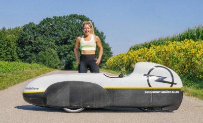 """24ωρο εγχείρημα κατάρριψης ρεκόρ στο Κέντρο Δοκιμών Rodgau-Dudenhofen της Opel Το αεροδυναμικό, τρίτροχο Velomobile με ολόσωμο φέρινγκ φτάνει τα 80 km/h Η αθλήτρια στοχεύει να ξεπεράσει τα 1219 χιλιόμετρα σε 24 ώρες, με μοναδικό εφόδιο τη μυϊκή της δύναμη #WeBelieve: η Opel υποστηρίζει την Nici και πιστεύει στην επιτυχία της Ποτέ μέχρι τώρα δεν έχει καλύψει κάποιος απόσταση πάνω από 1219 χιλιόμετρα σε 24 ώρες με μοναδικό εφόδιο τη μυϊκή του δύναμη. Αυτό αναμένεται να αλλάξει από τις 28 έως τις 29 Ιουλίου. Στις 10 το πρωί, η Nicola """"Nici"""" Walde θα ξεκινήσει την προσπάθειά της για την κατάρριψη του παγκόσμιου ρεκόρ απόστασης στο Κέντρο Δοκιμών Rodgau-Dudenhofen της Opel. Ο εξοπλισμός της είναι ένα τρίτροχο όχημα οριζόντιας διάταξης με ολόσωμο φέρινγκ το οποίο μπορεί να αγγίξει τα 80 km/h ως μέγιστη ταχύτητα. Το αποκαλούμενο Velomobile είναι ένα αεροδυναμικά προηγμένο και μοναδικό στο είδος του όχημα σχεδιασμένο και κατασκευασμένο από το συνεργάτη της Nici, τον Daniel Fenn. Η 44χρονη αθλήτρια θα επιχειρήσει να καταρρίψει το 24ωρο παγκόσμιο ρεκόρ γυναικών (1012 χιλιόμετρα) και αντρών (1219 χιλιόμετρα). Γεννημένη στο Αμβούργο, η Nici έχει στην κατοχή της το παγκόσμιο ρεκόρ γυναικών HPV (Human Power Vehicles) για οχήματα που κινούνται με ανθρώπινη μυϊκή δύναμη από το 2015. Η Opel στηρίζει τον 24ωρο μαραθώνιο διαθέτοντας την πίστα δοκιμών υψηλής ταχύτητας των 4,8 χιλιομέτρων, ενώ είναι και χορηγός της Nici Walder στις μετακινήσεις της. Η αθλήτρια θα ταξιδέψει στο Dudenhofen με το Velomobile σε ένα Opel Vivaro, ενώ κατά τη διάρκεια του εγχειρήματος ένα Opel Ampera-e θα χρησιμοποιηθεί ως όχημα υποστήριξης. Το ηλεκτρικό Opel θεωρείται επίσης ένας πρωταθλητής αυτονομίας, καθώς μπορεί να καλύψει 520 χιλιόμετρα σύμφωνα με τον κύκλο NEDC (New European Driving Cycle). H Opel στηρίζει το φιλόδοξο αυτό εγχείρημα, καθώς η αποφασιστικότητα και η στάση ζωής της Nici Walde αντικατοπτρίζουν το πνεύμα της Opel ως μάρκας και εταιρίας: Πίστεψε στον Εαυτό σου, στην επιτυχία και στο μέλλον! #"""