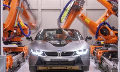 Το BMW Group λανσάρισε την υπολογιστική τομογραφία στην εξέλιξη, παραγωγή και ανάλυση πρωτοτύπων – πρωτιά στην αυτοκινητοβιομηχανία. Με αυτή την τεχνολογία, όλη η γκάμα οχημάτων, από MINI μέχρι Rolls-Royce, μπορούν να υποβάλλονται σε έλεγχο ποιότητας, ακόμα και στα πρώτα στάδια εξέλιξης. Τέσσερα ρομπότ εκτελούν σαρώσεις ενώ κινούνται γύρω από το πρωτότυπο παράγοντας αρκετές χιλιάδες τομές απεικόνισης, για λεπτομερή εξέταση καινοτομιών, νέων υλικών και τεχνολογιών συγκόλλησης. Μέχρι τώρα τα οχήματα έπρεπε να αποσυναρμολογούνται για να γίνεται ανάλυση, αλλά η τεχνολογία υπολογιστικής τομογραφίας επιτρέπει τη διεξαγωγή ελέγχων με το όχημα εντελώς ανέπαφο. Το νέο σύστημα ακτίνων X είναι εγκατεστημένο στο Πιλοτικό Εργοστάσιο του BMW Group στο Κέντρο Έρευνας και Καινοτομίας (FIZ) στο Μόναχο, εκεί όπου διασταυρώνεται η Εξέλιξη με την Παραγωγή. Ο Udo Hänle, υπεύθυνος Ενσωμάτωσης Παραγωγής και Πιλοτικού Εργοστασίου δήλωσε: «Η χρήση αυτού του προηγμένου συστήματος υπολογιστικής τομογραφίας είναι σημαντικό βήμα, καθώς θα μας βοηθήσει να βελτιώσουμε περαιτέρω την ποιότητα των προϊόντων μας. Μπορούμε τώρα να αναλύουμε τα πρωτότυπά μας με την παραμικρή λεπτομέρεια χωρίς να απαιτείται η αποσυναρμολόγησή τους. Το νέο σύστημα μας δίνει τη δυνατότητα να εξετάζουμε τα οχήματά μας με τρόπο που δεν θα ήταν εφικτός με συμβατικά, στατικά συστήματα τομογραφίας. Τελικά, αυτό θα μας επιτρέψει να ενσωματώσουμε νέες τεχνολογίες σε όχημα παραγωγής ακόμα ταχύτερα». Ανάλυση εσωτερικών δομών. Ο Michael Koch, επικεφαλής Ανάλυσης Υλικών και Διαδικασιών, προσθέτει: «Χρησιμοποιούμε σαρώσεις υπολογιστικής τομογραφίας μέσω ακτίνων Χ για έλεγχο των εξαρτημάτων των οχημάτων εδώ και πολλά χρόνια, αλλά αυτό το τελευταίο σύστημα προάγει τη διασφάλιση ποιότητας σε εντελώς νέο επίπεδο. Τώρα η ανάλυση μπορεί να γίνεται σε επίπεδο μικρομέτρου». Αυτός ο τόσο λεπτομερής έλεγχος είναι απαραίτητος για τομείς όπως οι συγκολλήσεις και ηλεκτροπόντες, και για εξακρίβωση της κατάστασης του αμαξώματος πριν και μετά τη βαφ