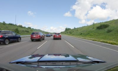 • Το μποτιλιάρισμα 'φάντασμα' συμβαίνει όταν οι προπορευόμενοι οδηγοί φρενάρουν, προκαλώντας έτσι μία αλυσιδωτή αντίδραση με αποτέλεσμα η κυκλοφορία προοδευτικά να σταματά εντελώς • Το φαινόμενο οξύνεται κατά τη διάρκεια των καλοκαιρινών μηνών, όταν χιλιάδες αυτοκίνητα με οικογένειες κατακλύζουν τους Ευρωπαϊκούς δρόμους πηγαίνοντας διακοπές • Η Ford και οι ερευνητές δείχνουν ότι η εκτεταμένη χρήση της τεχνολογίας Adaptive Cruise Control που προσφέρεται με τα μοντέλα Ford, από το Fiesta μέχρι το Transit van, μπορούν να μειώσουν ή ακόμα και να αποτρέψουν τέτοιου είδους μποτιλιαρίσματα Το φαινόμενο της μαζικής εξόδου εκδρομέων κατά τους καλοκαιρινούς μήνες δεν συμβαίνει μόνο στην Ελλάδα, αλλά και σε πολλές χώρες της Ευρώπης. Στις περιπτώσεις αυτές συμβαίνουν τα λεγόμενα μποτιλιαρίσματα 'φαντάσματα', ξαφνικά και από το πουθενά. Αυτά τα δυσάρεστα μποτιλιαρίσματα συχνά προκαλούνται από ανθρώπινους παράγοντες –– όπως οδηγοί που κάνουν 'σφήνες' χωρίς φλας, οδηγούν αφηρημένα, υιοθετούν κακές οδηγικές συνήθειες, υστερούν σε ταχύτητα αντίδρασης, ή φρενάρουν χωρίς λόγο. Όταν ένας οδηγός φρενάρει, μπορεί να προκαλέσει μία αλυσιδωτή αντίδραση καθώς και οι άλλοι οδηγοί επιβραδύνουν, με αποτέλεσμα προοδευτικά να σταματά η ροή της κυκλοφορίας. Τώρα, η Ford και οι ερευνητές του Vanderbilt University, ενός ιδιωτικού ερευνητικού πανεπιστημιακού ιδρύματος στο Tennessee, ΗΠΑ, έχουν αποδείξει ότι τέτοιες καθυστερήσεις θα μπορούσαν να ελαχιστοποιηθούν με την ευρεία χρήση της τεχνολογίας που ήδη προσφέρεται με τα οχήματα Ford, από το μικρό Fiesta μέχρι το Transit van. Η τεχνολογία Adaptive Cruise Control (ACC) μπορεί αυτόματα να επιβραδύνει και να επιταχύνει το αυτοκίνητο, ώστε να εναρμονιστεί με την ταχύτητα του προπορευόμενοι οχήματος, χωρίς προσπάθεια ή διάσπαση της προσοχής του οδηγού. «Ένα διασκεδαστικό ταξίδι καλοκαιρινών διακοπών με την οικογένεια μπορεί να από τη μία στιγμή στην άλλη να γίνει ανυπόφορο όταν η κυκλοφορία 'σέρνεται' – και μάλιστα χωρίς σοβαρή αιτία» δήλωσε ο Torsten W