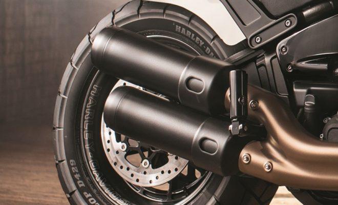 • Η 115η επέτειος της Harley-Davidson εορτάστηκε στο Φεστιβάλ της Πράγας • Η έκθεση Dunlop D429 για πρώτη φορά στο Φεστιβάλ Harley-Davidson • Η κοινωνική εκστρατεία της Dunlop φθάνει πάνω από 314.000 κατά τη διάρκεια του Σαββατοκύριακου Η Dunlop χαρακτήρισε ως άκρως επιτυχημένο, το επίσημο πάρτι γενεθλίων της Harley-Davidson, αφού σύμφωνα με πληροφορίες οι επισκέπτες του Φεστιβάλ «Γιορτάζοντας 115 χρόνια ελευθερίας» στην Πράγα της Τσεχίας ήταν περισσότεροι από 100.000. Η Dunlop είχε ισχυρή παρουσία στην εκδήλωση, με την επίσημη υπηρεσία συναρμολόγησης ελαστικών αυτοκινήτων στην περιοχή. Η ομάδα της Dunlop παρουσίασε την μεγάλη γκάμα των αποκλειστικών co-branded ελαστικών Harley-Davidson. Ήταν η πρώτη δημόσια εμφάνιση του ελαστικού Dunlop D429, με την Harley-Davidson να ανακοινώνει ότι οι τελευταίοι Fat Bob και Fat Bob S είναι πλέον εφοδιασμένοι με το διακριτικό ελαστικό τύπου scrambler. Όπως και πολλά από τα αποκλειστικά σχεδιασμένα ελαστικά, το D429 διαθέτει χαρακτηριστικά Harley-Davidson / Dunlop στα πλευρικά τοιχώματα. Εκτός από το γεγονός ότι το Φεστιβάλ ήταν ένα σημαντικό ορόσημο για την Harley-Davidson, η Dunlop είχε επίσης τα δικά της γενέθλια για να γιορτάσει. Το 2018 είναι η 130η επέτειος του John Boyd Dunlop που εφηύρε το πνευματικό ελαστικό για να βοηθήσει τον γιο του να τρέξει γρηγορότερα και να κερδίσει έναν αγώνα τρικύκλου. Η επίσημη OEM συνεργασία προμήθειας ξεκίνησε πριν από 37 χρόνια, όταν η Dunlop επελέγη ως εγκεκριμένο ελαστικό για το Sportster. Πέρυσι, η Dunlop γιόρτασε την προμήθεια 10 εκατομμυρίων ελαστικών πρωτότυπου εξοπλισμού στην Harley-Davidson. Περισσότεροι από 60.000 οδηγοί μοτοσικλέτας και περίπου 40.000 άλλοι επισκέπτες από περισσότερες από 70 χώρες εμφανίστηκαν στην Πράγα, καθιστώντας το Φεστιβάλ αυτό ως το μεγαλύτερο φεστιβάλ επετείου για τις μοτοσικλέτες, έξω από την αμερικανική κατοικία της Harley-Davidson στο Milwaukee, Wisconsin, όπου ένα παρόμοιο πάρτι πραγματοποιείται τον Αύγουστο. Ο Luca Andreoni, Διευθυντής Μάρκετινγκ Μοτοσικ