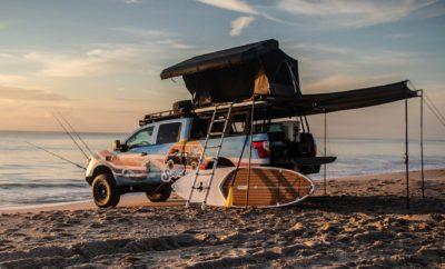 """Με την άμμο στις παραλίες της Florida και τον ήλιο να καθρεφτίζει στα κύματα του Ατλαντικού Ωκεανού, η Nissan μας φτιάχνει την καλοκαιρινή διάθεση με το TITAN Surfcamp. Από τα ελαστικά εκτός δρόμου μέχρι τη σκηνή στην οροφή του, το TITAN Surfcamp είναι ένα όχημα αποκλειστικά για δραστηριότητες στην θάλασσα και τις ακτές, που διαθέτει surfboards, paddleboards, καλάμια ψαρέματος, ένα σύστημα για ντους με ζεστό νερό από τον ήλιο και πολλά περισσότερα. """"Το καλοκαίρι, οι χώροι στάθμευσης στην παραλία είναι γεμάτοι με φορτηγά που μεταφέρουν ιστιοσανίδες, καλάμια για ψάρεμα, βάρκες και υλικά κατασκήνωσης, καθώς οι άνθρωποι ποθούν τον ήλιο και την άμμο"""", δήλωσε ο Fred DePerez, αντιπρόεδρος της Nissan North America για τα ελαφρά επαγγελματικά οχήματα. Το TITAN Surfcamp κατασκευάστηκε πάνω στο πλαίσιο του TITAN XD Diesel Midnight Edition Crew Cab, στο εργοστάσιο της Nissan στο Mississippi. Με έναν επαγγελματικό, βαρέως τύπου σκελετό σκάλας, κινητήρα Cummins® 5.0-L V8 Turbo Diesel, πρωτοποριακά χαρακτηριστικά και με ένα ευρύχωρο εσωτερικό 5 επιβατών, το TITAN XD προσφέρει μια άψογη βάση για αυτό το όχημα παραλίας. Ο """"μετασχηματισμός"""" του TITAN Surfcamp ξεκίνησε με την προσθήκη ενός, εγκεκριμένου από το εργοστάσιο, κιτ ανύψωσης της ICON. Από την κατασκευή, δεν θα μπορούσαν να λείπουν οι ζάντες Alpha της ICON, σε συνδυασμό με τα ελαστικά Nitto Ridge Grappler. Σε ότι αφορά την """"θωράκιση"""" του οχήματος στις εκτός δρόμου διαδρομές, φροντίζει ο ειδικά διαμορφωμένος προφυλακτήρας της Fab Four Vengeance. Αντίστοιχα προετοιμασμένο για την παραλία είναι και το εσωτερικό του TITAN Surfcamp, με ειδικές επενδύσεις στα καθίσματα που είναι εμπνευσμένες από μαγιό, καθώς και με τα αξεπέραστης αντοχής ελαστικά ταπέτα για το πάτωμα της καμπίνας. Χρησιμοποιώντας το σύστημα καναλιών TITAN Utili-track®, το Surfcamp δημιουργεί αποθηκευτικό χώρο για τα αλιευτικά εργαλεία, τα αξεσουάρ και άλλα συναφή είδη, σε συνδυασμό και με το σύστημα αποθήκευσης συρταριών Decked bed. Πρόσθετος αποθηκευτικός χώρος δι"""