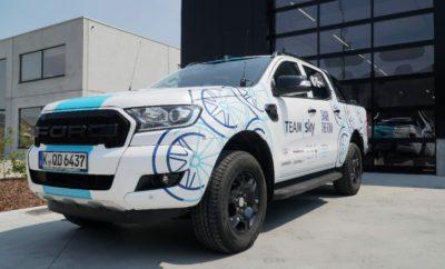 """Στον φετινό ποδηλατικό Γύρο της Γαλλίας ένα ειδικά εξοπλισμένο Ford Ranger όχι μόνο ξεχωρίζει από πλήθος αλλά έχει σχεδιαστεί και για να υποστηρίξει τη ομάδα Team Sky να παραμείνει μπροστά από τον ανταγωνισμό. Εκτός από τα αναγνωριστικά του καθήκοντα, μπροστά από τους αναβάτες κάθε αγωνιστικής διαδρομής, το κομψό και πρακτικό pickup θα μεταφέρει το μήνυμα της καμπάνιας της Ford 'Share The Road' το οποίο στοχεύει στην καλλιέργεια αρμονίας και αλληλοκατανόησης μεταξύ οδηγών και ποδηλατών. Το Ranger, που είναι εξοπλισμένο με μια ιδιοκατασκευασμένη ποδηλατική σχάρα, θα μεταφέρει επίσης ιατρικό προσωπικό, ομάδες ζώνης εστίασης και μηχανικούς, καθώς και τρόφιμα, εργαλεία, ανταλλακτικά και νερά/ενεργειακά ποτά. Η ψηλή θέση οδήγησης θα διευκολύνει την παρατήρηση ανωμαλιών στο οδόστρωμα και την επιλογή των καλύτερων ποδηλατικών γραμμών. """"Το Tour de France, όπως είναι ευρέως γνωστό, περιλαμβάνει τα πάντα στις διαδρομές του, από πάγο μέχρι λασπωμένα λιθόστρωτα οπότε το Ranger αποτελεί μία σπουδαία προσθήκη παντός εδάφους στο στόλο των οχημάτων υποστήριξης"""", ανέφερε ο Servais Knaven, sport director, της Team Sky. 'Είμαστε περήφανοι που βρισκόμαστε πίσω από το 'Share the Road – οι περισσότεροι είμαστε ποδηλάτες και οδηγοί συνεπώς υποστηρίζουμε πλήρως το μήνυμα που τονίζει τα πλεονεκτήματα της αμοιβαίας προστασίας."""" Μπορείτε να δείτε την προετοιμασία του Ranger εδώ https://youtu.be/tAuWl7bfjRY Η Ford είναι αποκλειστικός προμηθευτής αυτοκινήτων και van της Team Sky, σε μια συνεργασία που από το 2016 έχει αποδώσει παραπάνω από 100 νίκες. Ο στόλος της Team Sky περιλαμβάνει επίσης οχήματα Ford Mondeo ST-Line με Intelligent All-Wheel Drive (AWD), S-MAX Intelligent AWD, Edge και Transit. Στο πλαίσιο της καμπάνιας 'Share The Road', η Ford δημιούργησε πρόσφατα μια πρωτοποριακή εμπειρία εικονικής πραγματικότητας που επιτρέπει σε οδηγούς και ποδηλάτες να αντιληφθούν τις πιθανές επιπτώσεις από την απερίσκεπτη οδήγηση και ποδηλασία. Οι πρώτες έρευνες δείχνουν ότι σε συνέχεια της εικονικής εμ"""