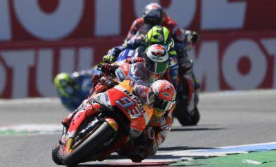 Οι φίλοι της μοτοσυκλέτας σε όλο τον κόσμο πιθανό να θυμούνται για καιρό το 70ό Ολλανδικό TT του Assen, σαν έναν από τους καλύτερους αγώνες MotoGP στην ιστορία του Πρωταθλήματος. Τουλάχιστον έτσι θα αναπολούν το συγκεκριμένο αγώνα οι οκτώ πρωταγωνιστές που έδωσαν μάχη επί 26 γύρους διεκδικώντας μία θέση στο βάθρο. Η μάχη για το βάθρο ξεκίνησε με το που έσβησαν τα φώτα στη γραμμή εκκίνησης και τελείωσε μόνο με το πέσιμο της καρό σημαίας, αναδεικνύοντας τους 3 πρώτους αναβάτες. Με 100+ προσπεράσεις και μάχες σώμα με σώμα, με μηδενικές διαφορές μεταξύ των πρώτων αναβατών, ο αγώνας πέρασε στην ιστορία. Στον τερματισμό ο Marc Marquez είχε ήδη δημιουργήσει μία διαφορά δύο δευτερολέπτων από τους υπόλοιπους αναβάτες, όμως μόλις τρεις γύρους πριν πάλευε με νύχια και με δόντια με τους Rins, Viñales, Dovizioso, Rossi και Lorenzo, χωρίς να πάρει ανάσα ούτε στιγμή. Ο Παγκόσμιος Πρωταθλητής τελικά επικράτησε των αντιπάλων του και κατέκτησε την 65η νίκη της καριέρας του και την 39η στην κατηγορία MotoGP, αυξάνοντας στους 41 βαθμούς τη διαφορά του στη βαθμολογία από το Valentino Rossi. Ο Dani Pedrosa δυσκολεύτηκε να βρει καλό ρυθμό στους πρώτους γύρους και δεν κατάφερε να κερδίσει έδαφος έχοντας εκκινήσει από πολύ πίσω. Βήμα, βήμα ωστόσο βελτίωσε την ταχύτητά του και τερμάτισε στη 15η θέση. 1ος Marc Marquez «Ήταν ένας τρελός αγώνας γεμάτος αδρεναλίνη – αυτό το συναίσθημα είναι από τους λόγους για τους οποίους ασχολούμαστε με το συγκεκριμένο άθλημα! Χθες περίμενα κάτι τέτοιο, όμως με τίποτα αυτό που συνέβη! Ήμασταν μία άγρια ομάδα αναβατών, όλοι πολεμούσαν εναντίον όλων. Νομίζω ότι όλοι μας είχαμε μία επαφή με κάποιον σε κάποιο σημείο. Έπρεπε να περνάμε στην επίθεση και να αμυνόμαστε, επίθεση και άμυνα. Είχαμε τόσες 'στιγμές' και διακινδυνεύσαμε μία πτώση. Ήταν τρελό! Ήταν αδύνατο να καθορίσεις την καλύτερη στρατηγική, αδύνατο να κάνεις σχέδια, οπότε αποφάσισα τελικά να δίνω μόνο μάχες και μετά να δω τι θα μπορούσαμε να κάνουμε στο τέλος. Στους τελευταίους τρεις γύρους τα έδωσα όλα 