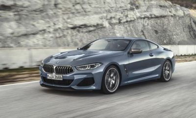 Η BMW παρουσιάζει το μοντέλο που επαναπροσδιορίζει την οδήγηση ενός σπορ αυτοκινήτου. Η νέα BMW Σειρά 8 Coupe συνδυάζει την ανυπέρβλητη εγκάρσια και διαμήκη επιτάχυνση με ισορροπία, αυτοπεποίθηση και πολυτέλεια σε ταξίδια μεγάλων αποστάσεων. Η νέα BMW Σειρά 8 Coupe ανοίγει ένα ακόμα κεφάλαιο στην επιτυχημένη ιστορία της μάρκας στα σπορ αυτοκίνητα και ηγείται του λανσαρίσματος μοντέλων του premium κατασκευαστή στην πολυτελή κατηγορία. Απαράμιλλος συνδυασμός εμπνευσμένου σπορτίφ στυλ και σύγχρονης πολυτέλειας, άνεση σε μακρινά ταξίδια και καινοτόμα λειτουργικότητα φιλική προς τον χρήστη, τεχνολογία υποστήριξης οδηγού και συνδεσιμότητας. Λανσάρισμα στην αγορά το Νοέμβριο του 2018 σε δύο εκδόσεις: BMW M850i xDrive Coupe M Performance με νέο V8 κινητήρα 390 kW/530 hp (κατανάλωση καυσίμου στο μικτό κύκλο: 10,5 – 10,0 l/100 km, εκπομπές CO2 στο μικτό κύκλο: 240 –228 g/km)* και BMW 840d xDrive Coupe με εξακύλινδρο εν σειρά diesel κινητήρα που αποδίδει 235 kW/320 hp (κατανάλωση καυσίμου στο μικτό κύκλο: 6,2 –5,9 l/100 km, εκπομπές CO2 στο μικτό κύκλο: 164 –154 g/km)*. Τη μετάδοση ισχύος και στις δύο περιπτώσεις αναλαμβάνει ένα εξελιγμένο οκτατάχυτο κιβώτιο Steptronic. Και οι δύο κινητήρες πληρούν το πρότυπο εκπομπών ρύπων EU6d-TEMP. Δομή αμαξώματος, τεχνολογία κίνησης και ανάρτηση στοχεύουν καθαρά στην επίτευξη των δυναμικών επιδόσεων που χαρακτηρίζουν ένα κορυφαίο σπορ αυτοκίνητο. Εξέλιξη παράλληλη με την BMW M8 και την αγωνιστική BMW M8 GTE. Χαμηλό κέντρο βάρους, ισορροπημένη κατανομή βάρους, ελαφριά δομή με χρήση αλουμινίου, μαγνησίου και πλαστικού ενισχυμένου με ανθρακονήματα (CFRP), αεροδυναμικά βελτιστοποιημένο και σχεδόν χωρίς άνωση αμάξωμα, ισχυροί κινητήρες, σπορ σύστημα εξαγωγής, πίσω μπλοκέ διαφορικό, εξαιρετικά άκαμπτο αμάξωμα και δομή ανάρτησης. Ανάρτηση Adaptive M, Integral Active Steering και ελαστικά διαφορετικών διαστάσεων εμπρός/πίσω, στάνταρ. Ενεργές αντιστρεπτικές δοκοί διατίθενται προαιρετικά για την BMW M850i xDrive Coupe. Έντονα δυναμικό στυλ με νέα απ