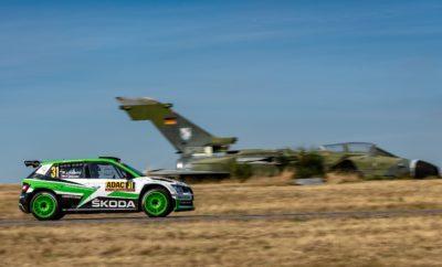 Θριαμβευτική νίκη για Κοπέτσκυ και SKODA Fabia R5 στη Γερμανία • Εκπληκτική νίκη για τους Κοπέτσκυ / Ντρέσλερ στη WRC 2 στο Ράλλυ Γερμανίας, στο τιμόνι μιας SKODA Fabia R5 • Και στον 9ο γύρο του πρωταθλήματος WRC 2 η SKODA επιβεβαίωσε την απόλυτη κυριαρχία της, έχοντας κατακτήσει 8 πρώτες θέσεις σε 9 αγώνες • Έξι πληρώματα SKODA βρέθηκαν στο Top-10: μεταξύ άλλων ο ιδιώτης Fabio Andolfi τερμάτισε 3ος, ο «τοπικός» Fabian Kreim της Team SKODA Auto Deutschland στην 4η θέση Εκπληκτικός αγώνας για τους Γιαν Κοπέτσκυ / Πάβελ Ντρέσλερ (Jan Kopecký / Pavel Dresler) που με τη SKODA Fabia R5 κατέκτησαν την 1η θέση στη WRC 2 του Ράλλυ Γερμανίας, που ολοκληρώθηκε το απόγευμα της Κυριακής. Σε μία πολύ σημαντική αγορά για τη μάρκα, τη Γερμανία, η SKODA είχε πραγματικά εμφατική παρουσία. Ο Κοπέτσκυ έδειξε τις διαθέσεις του από την πρώτη στιγμή, όταν ήδη στην 1η ειδική του αγώνα, έκανε με τη Fabia R5 το δεύτερο χρόνο γενικής, μπροστά από πολλούς από τους διεκδικητές του παγκόσμιου πρωταθλήματος! Στη στενή, τεχνική διαδρομή στο St. Wendell, το πλεονέκτημα ισχύος που έχουν τα πιο δυνατά αυτοκίνητα της WRC ουσιαστικά εκμηδενίστηκε, με τον Κοπέτσκυ να ολοκληρώνει την ειδική στη 2η γενικής! Οι Κοπέτσκυ / Ντρέσλερ συνέχισαν το ίδιο εντυπωσιακά και παρέμειναν στην 1η θέση στη WRC 2 μέχρι την 1η ειδική του Σαββάτου, όταν ένα κλατάρισμα ελαστικού, το οποίο άλλαξαν μεν σε χρόνο ρεκόρ αλλά τους στοίχισε περισσότερο από ενάμισυ λεπτό, τους έριξε στην 9η θέση. Η συνέχεια του αγώνα δεν ήταν παρά ένα κρεσέντο για το πλήρωμα από την Τσεχία, που με άψογη οδήγηση ροκάνιζε συνεχώς τη διαφορά από τους προπορευόμενους. Πρωί της Κυριακής και στην προτελευταία ειδική του αγώνα οι Κοπέτσκυ / Ντρέσλερ πέρασαν στην 1η θέση στη WRC 2 , κατακτώντας θριαμβευτικά τη νίκη, που τους φέρνει και στην πρωτοπορία του πρωταθλήματος. Το άλλο πλήρωμα της SKODA Motorsport, o 17χρονος Κάλε Ροβάνπερα (Kalle Rovanperä) με συνοδηγό το Γιόννε Χάλτουνεν (Jonne Halttunen), κινήθηκαν απίστευτα γρήγορα και ώριμα και την Κυριακή εί