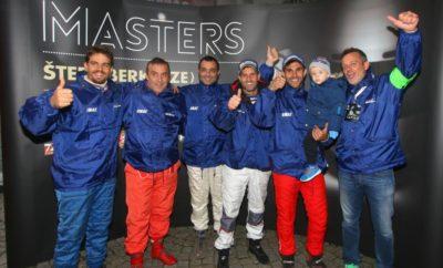 Η Ελλάδα στο FIA Hill Climb Masters 2018 Σ' ένα μεσαιωνικό σκηνικό της κεντρικής Ιταλίας, εκεί που ο «θρύλος» των πρώτων χρόνων της Formula 1 Luigi Fagioli πέρασε το μεγαλύτερο μέρος της ζωής του, το χωριό Gubbio ετοιμάζεται να υποδεχθεί στις 12-14 Οκτωβρίου την τρίτη επανάληψη της μεγάλης γιορτής των Αναβάσεων της Ευρώπης, το FIA Hill Climb Masters 2018 - και η Ελλάδα θα είναι και φέτος μία από τις 20 χώρες που θα δώσουν το παρόν. Η διετής αυτή γιορτή, μετά το Λουξεμβούργο και την Τσεχία ταξιδεύει τώρα στην επαρχία της Umbria, για να υποδεχθεί την ελίτ των οδηγών Αναβάσεων της Ευρώπης. Αφού παρελάσουν από το ρωμαϊκό θέατρο και το επιβλητικό Palazzo dei Consoli που δεσπόζει στο κέντρο του πανέμορφου Gubbio το σαββατιάτικο απόγευμα ανά εθνικές ομάδες, την Κυριακή 14 Οκτωβρίου οι οδηγοί -με τα αυτοκίνητα που αγωνίζονται φέτος- θα κάνουν από τρία περάσματα στην αγωνιστική διαδρομή 3,3 χιλιομέτρων στις υπώρειες των Απέννινων. Είναι, μειωμένη από τα 4,1 στα 3,3 χιλιόμετρα για το FIA Hill Climb Masters 2018, η διαδρομή που φιλοξενεί από το 1966 το διάσημο στην Ιταλία Trofeo Luigi Fagioli στον λόφο δίπλα στην πόλη και μέσα από τον αρχαιολογικό χώρο Gola de Bottaccione - καταλήγοντας στην κορυφή του λόφου, και στη Madonna della Cima. Από εκεί, οι θεατές έχουν πανοραμική θέα των τελευταίων 700 μέτρων της Ανάβασης. Η ελληνική αποστολή Η Έλληνες οδηγοί τίμησαν το 2016 το FIA Hill Climb Masters - και το ίδιο θα συμβεί και φέτος, με την υποστήριξη της ΟΜΑΕ. Όπως και πριν δύο χρόνια, αρχηγός της ελληνικής αποστολής θα είναι ο -πολύπειρος, με σημαντικές ευρωπαϊκές παραστάσεις σε Αναβάσεις της Ευρώπης- Μάριος Ξανθάκος. Η επιλογή -μέχρι οκτώ οδηγών- της ελληνικής αποστολής θα ολοκληρωθεί βάσει της κατάταξής τους στο Valvoline Πανελλήνιο Πρωτάθλημα Αναβάσεων. Στο Gubbio θα βρεθούν αντιμέτωποι με την ελίτ όχι μόνο των εθνικών Πρωταθλημάτων της Ευρώπης, αλλά και των θεσμών του Ευρωπαϊκού Πρωταθλήματος -καθώς και Κυπέλλου- Αναβάσεων της FIA. Οι κατηγορίες του FIA Hill Climb Masters Από 