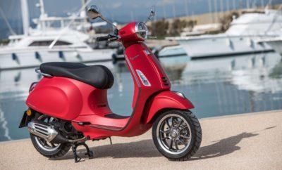"""Η Vespa Primavera γιορτάζει τα 50 χρόνια ιστορίας της. Το πρώτο μοντέλο που έμελλε να γίνει ένα διαχρονικό κλασικό δίτροχο, διατέθηκε προς πώληση το 1968. Ήταν ένα επαναστατικό μικρό ευέλικτο όχημα με ζωηρό κινητήρα. Η Primavera έφερε πιο κοντά την ελευθερία της μετακίνησης σε αρκετές γενιές και παρέμεινε στην παραγωγή μέχρι το 1982. Εξελίχθηκε σε ένα θρυλικό μοντέλο, αλλά και σε ένα από τα μοντέλα με τη μεγαλύτερη εμπορική επιτυχία στην ιστορία της Vespa. Σήμερα, η Vespa Primavera ενσωματώνει όλες τις αξίες που οδήγησαν στην επιτυχία της, μισό αιώνα νωρίτερα. Νεανική, καινοτόμα, προηγμένη τεχνολογικά, ευέλικτη, δυναμική και φιλική προς το περιβάλλον, η Vespa Primavera είναι ένα σύγχρονο δίτροχο που έχει κληρονομήσει τη φρεσκάδα και την έντονη προσωπικότητα των προγόνων της. Για τη Vespa Primavera του 2018, υπήρξε σημαντική βελτίωση με μια σειρά από αναβαθμίσεις που αυξάνουν την άνεση και την ασφάλεια, ανανεώνοντας παράλληλα την εμφάνιση. Τα πιο σημαντικά νέα αφορούν στο μέγεθος των τροχών: κατασκευασμένοι από κράμα αλουμινίου, διακρίνονται από νέο σχεδιασμό με πέντε μπράτσα, είναι πλέον και οι δύο 12 ιντσών, φτάνοντας τη μεγαλύτερη διάμετρο στην ιστορία της Vespa. Προσφέρουν μεγαλύτερη σταθερότητα, βελτιωμένη ασφάλεια και καλύτερο κράτημα σε όλα τα εδάφη και σε όλες τις οδικές συνθήκες. Η τεχνολογία LED είναι πλέον διαθέσιμη στον προβολέα και το πίσω φως, συμβάλλοντας στον τομέα της ενεργητικής ασφάλειας. Το σύστημα εντοπισμού οχήματος """"Bike Finder"""" και το απομακρυσμένο άνοιγμα της σέλας περιλαμβάνονται στον βασικό εξοπλισμό. Επιπλέον, η Vespa Primavera φέρει περαιτέρω ανανεώσεις που την ξεχωρίζουν από τα προηγούμενα μοντέλα: νέο είναι το χαρακτηριστικό μπροστινό κάθετο διακοσμητικό (γραβάτα) και η επιχρωμιωμένη λεπτομέρεια στο μπροστινό φτερό. Η νέα Vespa Primavera είναι διαθέσιμη με νέας γενιάς 4-χρονους κινητήρες υψηλών επιδόσεων και χαμηλής κατανάλωσης καυσίμου 50 κ.εκ., 125 κ.εκ. και 150 κ.εκ. Vespa Primavera 50o Anniversario Η Vespa Primavera έκανε το ντεμπού"""