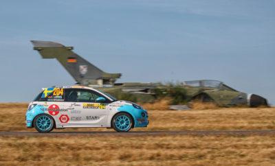 Το ADAC Rallye Deutschland πόλος έλξης για χιλιάδες φίλους του σπορ Η Opel κατέβασε τα περισσότερα αυτοκίνητα στο Γερμανικό αγώνα του WRC Για μία ακόμα φορά, το ADAC Opel Rallye Cup αποδεικνύεται η ιδανική σκηνή για την ανάδειξη νέων ταλέντων Το ADAC Ράλι Γερμανίας περιείχε για μία ακόμα χρονιά όλα τα συστατικά ενός συναρπαστικού αγώνα: επικές μάχες στα δέκατα του δευτερολέπτου ανάμεσα στους καλύτερους οδηγούς στο τιμόνι των World Rally Cars των 380 ίππων, μερικές από τις πιο απαιτητικές, ασφάλτινες ειδικές διαδρομές στον κόσμο, συνολικά 226.000 ενθουσιώδεις θεατές στις ειδικές και στο service park, στη γραφική περιοχή του Bostalsee και όλα αυτά με έναν απίστευτο καλοκαιρινό καιρό. Όπως και τα προηγούμενα έξι χρόνια, η Opel είχε και φέτος ισχυρή παρουσία στο Γερμανικό αγώνα του WRC. Ένας στους τρεις περίπου συμμετέχοντες οδήγησε μία από τις δύο εκδόσεις του Opel ADAM στις 18 ειδικές διαδρομές καλύπτοντας πάνω από 300 χιλιόμετρα. Όταν μιλάμε για θεαματικές επιδόσεις και μάχες ανάμεσα στα μεγαλύτερα ταλέντα των ράλι στην Ευρώπη, τότε πρόκειται για το ADAC Opel Rallye Cup. Στην έκτη του χρονιά, το κορυφαίο ενιαίο κύπελο ράλι στην Ευρώπη αποτελεί το καλύτερο σχολείο για νέα ταλέντα, τα οποία με τη σειρά τους ξυπνούν τον ενθουσιασμό των θεατών στις ειδικές διαδρομές με την εκρηκτική τους οδήγηση. Φέτος, συμμετείχαν 22 οδηγοί από 12 χώρες (Γερμανία, Σουηδία, Βέλγιο, Λουξεμβούργο, Ιταλία, Βουλγαρία, Εσθονία, Ολλανδία, Δανία, Αγγλία, Γαλλία και ΗΠΑ) στο τιμόνι του Opel ADAM Cup με τους 140 ίππους. Το Γερμανικό Ράλι προσμετρούσε και πάλι ως διπλός αγώνας στο ADAC Opel Rallye Cup. Στον πρώτο αγώνα των επτά ειδικών διαδρομών την Πέμπτη και την Παρασκευή, νικητής αναδείχτηκε ο 19χρονος Grégoire Munster από το Λουξεμβούργο μπροστά από το 19χρονο επίσης Εσθονό Karl-Martin Volver και τον 24χρονο Βέλγο Romain Delhez. Στο δεύτερο αγώνα, ο Elias Lundberg ανέτρεψε την κατάσταση. Αφότου τερμάτισε στην 4η θέση στον πρώτο αγώνα, ο 20χρονος Σουηδός πανηγύρισε την τρίτη φετινή νίκη στο δεύ