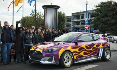 """Ντεμπούτο για τη Hyundai στο Hollywood • Τα Hyundai Veloster, Kona και Santa Fe Next-Generation σε γρήγορους ελιγμούς και απίστευτες ακροβατικές φιγούρες • Η Hyundai γιορτάζει το ντεμπούτο της στο Χόλιγουντ και ενισχύει τη συνεργασία της με τη Marvel Οι θαυμαστές του Ant-Man της Marvel θα απολαύσουν την κομψή σχεδίαση και τις επιδόσεις των μοντέλων της Hyundai καθώς τρία μοντέλα της εταιρείας πρωταγωνιστούν στην ταινία μεγάλου μήκους των Marvel Studios """"Ant-Man and the Wasp"""". Σε έντονη αντίθεση με τις συνήθεις προωθητικές ενέργειες προϊόντων, η Hyundai παρουσιάζει στο διάσημο κόμικ της Marvel τρία διαφορετικά μοντέλα: τα Veloster, Kona και Santa Fe Next Generation. Τα αυτοκίνητα συνδέονται στενά με τους βασικούς χαρακτήρες της ταινίας, αυξάνοντας έτσι την αναγνωρισιμότητα της Hyundai στους φίλους της Marvel σε παγκόσμιο επίπεδο. «Αναζητούμε πάντα τρόπους για να δημιουργήσουμε μια συναισθηματική σχέση μεταξύ των πελατών και της μάρκας», δήλωσε ο κ. Andreas-Christoph Hofmann, Vice President Marketing & Product της Hyundai Motor Europe. «Με τη συνεργασία αυτή φέρνουμε τα προϊόντα μας πιο κοντά στους πελάτες. Οι λάτρεις της Marvel μπορούν να γνωρίσουν τη μάρκα Hyundai και τα προϊόντα της με έναν διαφορετικό και πολύ διασκεδαστικό τρόπο. """" Το πιο σημαντικό ρόλο στη νέα ταινία Ant-Man κατέχει το Hyundai Veloster. Η ηρωική σκηνή προβάλλει τις ικανότητες του Veloster που αποτελεί το τελευταίο όχημα διαφυγής. Η προβολή της ταινίας """"Ant-Man and the Wasp"""" των Marvel Studios έχει ξεκινήσει στην Ευρώπη από τις χώρες Γαλλία, Γερμανία και Ισπανία. Στο Ηνωμένο Βασίλειο προβλήθηκε στις 3 Αυγούστου και στην Ιταλία η προβολή θα ξεκινήσει στις 14 Αυγούστου."""
