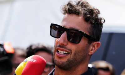 O ταλαντούχος Daniel Ricciardo στη Renault Sport F1 Team Ο Daniel Ricciardo ενώνει τις δυνάμεις του με τη Renault Sport Formula 1 Team από το 2019 Ο 29χρονος Daniel Ricciardo, με καταγωγή από το Perth της Αυστραλίας, ανήκει πλέον στο δυναμικό της Renault Sport F1 Team, για τις επόμενες δύο αγωνιστικές περιόδους. Πρόκειται για μια ενθουσιώδη εξέλιξη για τη R.S. F1 Team, που στοχεύει, πλέον, στην υψηλότερη θέση του podium, με βάση και το 6ετές πλάνο ανάπτυξης της αγωνιστικής της ομάδας. Ο Ricciardo έχει ανέβει ήδη 7 φορές στο ψηλότερο σκαλί του βάθρου αγώνα F1, ενώ συνολικά στο podium έχει ανέβει 29 φορές. Πρόκειται για έναν ταλαντούχο και παθιασμένο οδηγό, που είναι ήδη εξοικειωμένος με την οικογένεια της Renault, αφού έχει οδηγήσει στη Renault junior series από το 2007-2011, ενώ οδηγεί μονοθέσια με κινητήρες Renault ήδη από το 2014. Για τη μεταγραφή, ο Jérôme Stoll, Πρόεδρος της Renault Sport Racing σχολίασε: «Η Renault αποφάσισε να κάνει δυναμική επιστροφή στη F1 για να διεκδικήσει ενεργά τον τίτλο του Παγκόσμιου Πρωταθλητή. Η επισημοποίηση της συνεργασίας της με τον Daniel Ricciardo αποτελεί μια μοναδική ευκαιρία για την επίτευξη αυτού του στόχου που δε θα μπορούσε να πάει χαμένη». Παράλληλα, ο ίδιος ο Ricciardo σχολίασε: «Ίσως πρόκειται για μία από τις δυσκολότερες αποφάσεις της ζωής μου. Ωστόσο σκέφτηκα ότι τώρα είναι η ώρα να δεχτώ μια νέα πρόκληση. Υπάρχουν πολλά ακόμα να γίνουν πριν η Renault επιτύχει το στόχο της, αλλά είμαι εντυπωσιασμένος από την πρόοδο που σημειώνει εδώ και 2 χρόνια και ξέρω ότι κάθε φορά που η Renault αποφάσισε να εμπλακεί ενεργά στην F1, κατάφερε να νικήσει».