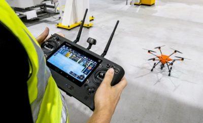 Φανταστείτε, με μία απλή καινοτομία, από τη μία στιγμή στην άλλη, να μπορείτε να εκτελείτε μία επίπονη – αλλά απαραίτητη – εργασία στο ένα δέκατο του χρόνου από τη συνήθη διάρκεια και χωρίς τον κίνδυνο τραυματισμού λόγω ύψους. Αυτό έγινε με τους εργαζόμενους της Ford, οι οποίοι τώρα χρησιμοποιούν κάμερες εγκατεστημένες σε drones για να επιθεωρούν αποτελεσματικά και με ασφάλεια ανυψωτικά μηχανήματα, δίκτυα σωλήνων / αγωγών και τμήματα της οροφής στο Εργοστάσιο Κινητήρων της εταιρίας στο Dagenham (Βρετανία). Παλιότερα, η ομάδα διεξήγαγε τέτοιες σημαντικές εργασίες συντήρησης χρησιμοποιώντας αυτόματα επεκτεινόμενες πλατφόρμες και σκαλωσιές για τον έλεγχο γερανών ανύψωσης μήκους 40 m που προορίζονται για τον βαρύ εξοπλισμό του εργοστασίου. Για την ολοκλήρωση της επιθεώρησης κάθε περιοχής απαιτούνταν 12 εργάσιμες ώρες. Τώρα, το προσωπικό συντήρησης πατά σταθερά στο έδαφος και χειρίζεται drones εξοπλισμένα με κάμερες GoPro. Με αυτή τη μέθοδο, μπορεί να επιθεωρεί σχολαστικά κάθε περιοχή σε μόλις 12 λεπτά. Ολόκληρη η μονάδα παραγωγής μπορεί να καλυφθεί σε μία ημέρα, κατανεμημένη λαμβάνοντας υπόψη τις δυσπρόσιτες περιοχές, ώστε να εξασφαλίζεται η άριστη συντήρησή τους και η συμμόρφωση με αυστηρά πρότυπα ασφάλειας. «Αστειευόμασταν λέγοντας, σε στιγμές έμπνευσης, ότι ένα ρομπότ θα έκανε όλη τη δουλειά– αλλά αντί ρομπότ χρησιμοποιούμε drones» δήλωσε ο Pat Manning, Διευθυντής Μηχανικών Κατεργασιών στο Εργοστάσιο Κινητήρων της Ford στο Dagenham. Στο παρελθόν, έπρεπε να σκαρφαλώνουμε σε ύψη έως 50 m για να κάνουμε τους απαραίτητους ελέγχους στην οροφή και τις περιοχές των μηχανικών κατεργασιών. Τώρα, μπορούμε να καλύψουμε ολόκληρο το εργοστάσιο σε μία ημέρα και χωρίς να κινδυνεύει η σωματική ακεραιότητα των εργαζομένων λόγω εκτέλεσης εργασιών σε μεγάλο ύψος.» Χάρη στην οικονομία χρόνου, η ομάδα στο Dagenham μπορεί να πραγματοποιεί συχνότερους ελέγχους χωρίς παύση εργασιών για να εγκαταστήσει σκαλωσιές, κάτι απαραίτητο στο παρελθόν. Τα drones της Ford είναι επίσης ρυθμισμένα για να